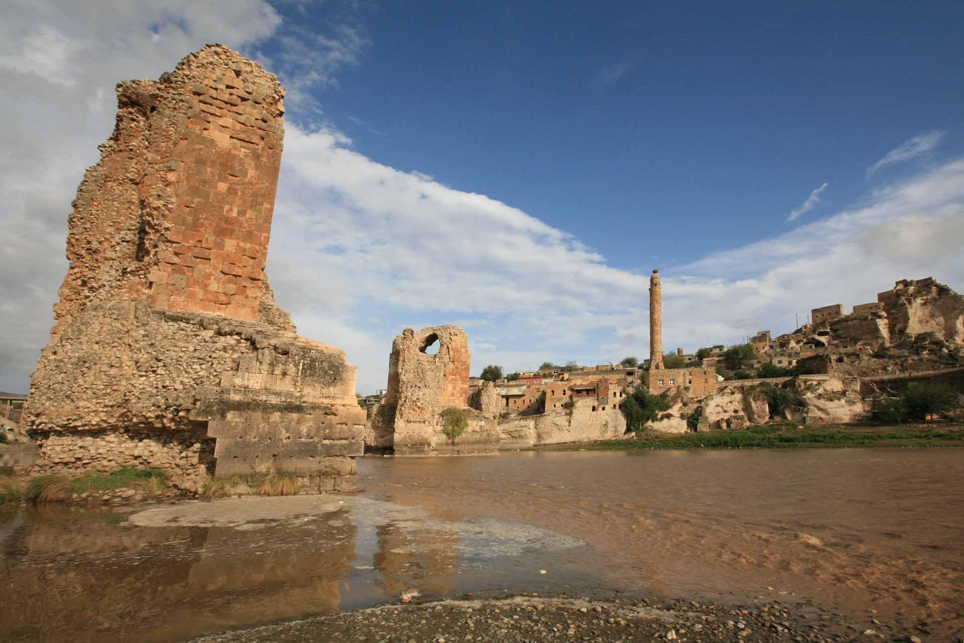 Die einzigartigen Pfeiler der alten Steinbrücke, waren ein wichtiger Teil der Seidenstraße, die hier den Tigris überquerte. Diese archäologisch wertvollen Relikte bilden einen wichtigen Teil der Identität der Menschen in der Region.