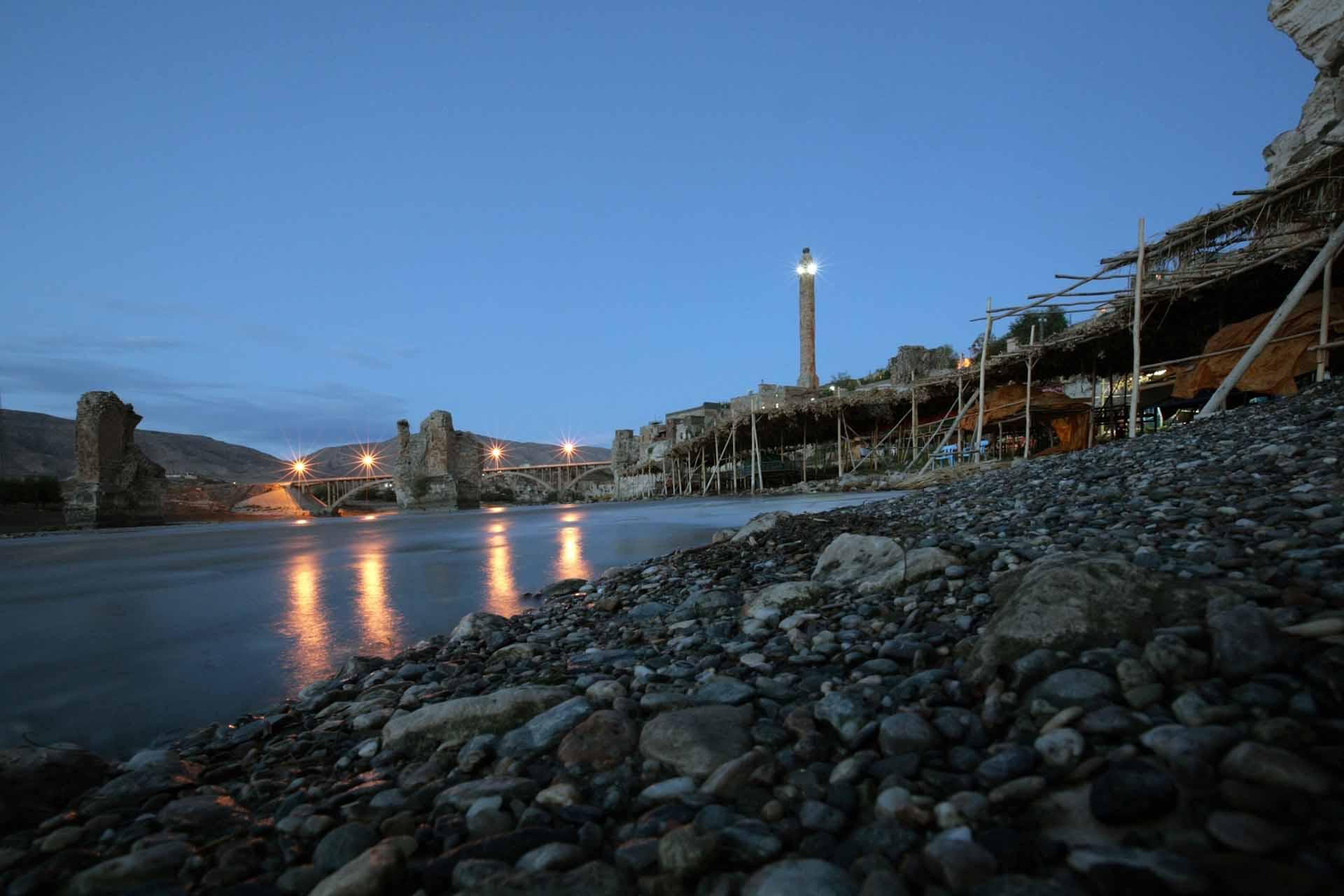 Das Ufer des Tigris mit den Fischrestaurants und die in den sechziger Jahren gebaute Brücke bei Nacht.