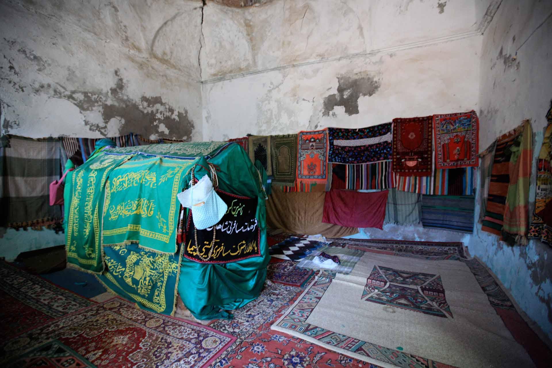In der İmam Abdullah Türbe. Das auf einem Hügel am Eingang zur Hasankeyf-Brücke gelegene Grabmal des Sohns von Mohammeds Onkel. Während der Belagerung von Hasankeyf im Jahr 638 n. Chr. wurde er zum Märtyrer und seit damals ist das Grab ein wichtiger Pilgerort.