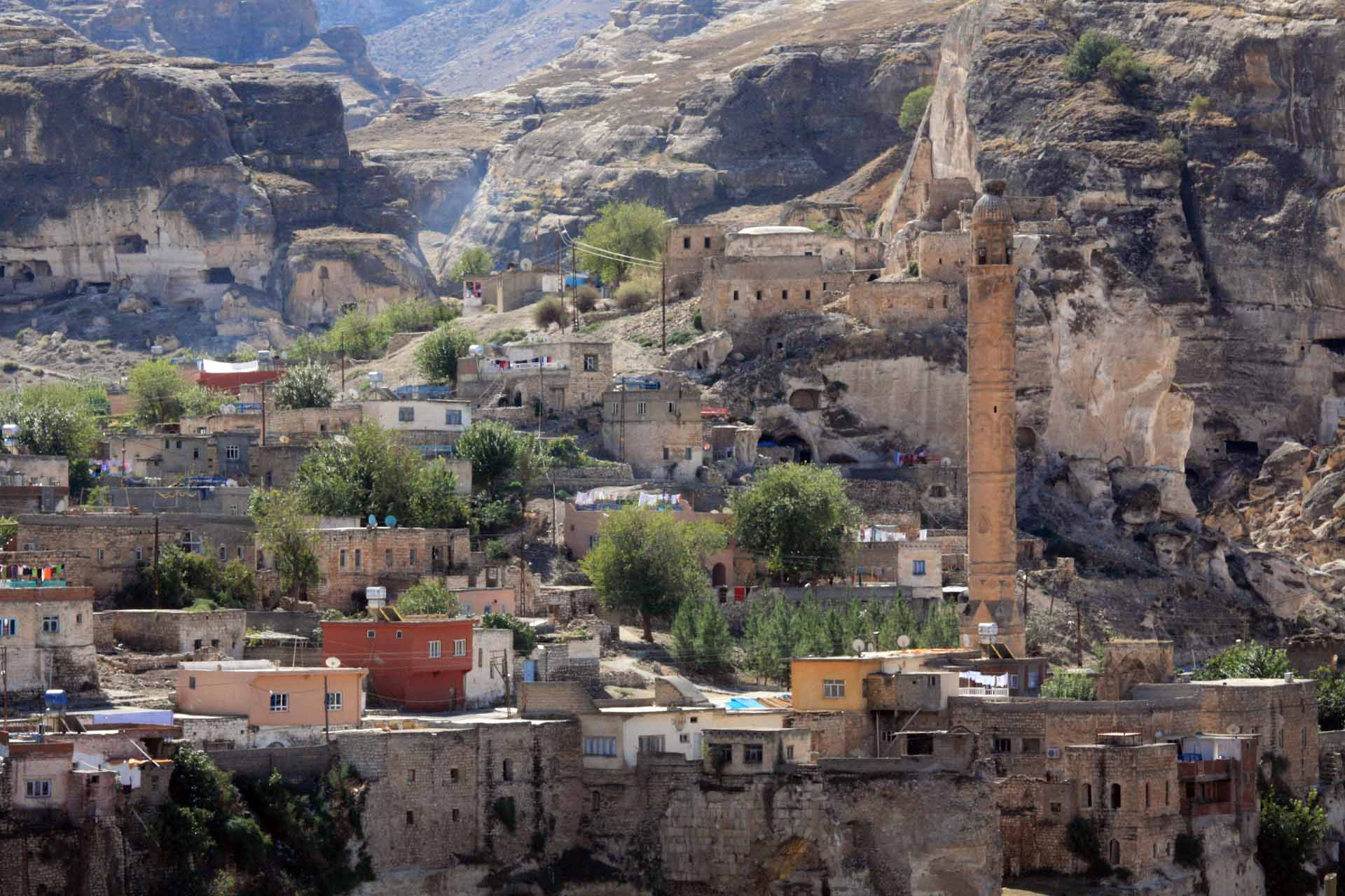 "Der durch das Ilisu-Staudamm-Projekt bedrohte antike Ort Hasankeyf am Tigris, im Osten der Türkei (Provinz Batman), hat 12.000 wechselvolle Jahre Kulturgeschichte überstanden. Bis zum Jahr 2020 wird er voraussichtlich in den Fluten des Ilisu-Stausees versinken – The ancient village of Hasankeyf on the Tigris in eastern Turkey (Batman Province), threatened by the Ilisu dam project, has survived 12,000 years of eventful cultural history. It is expected to sink into the waters of the Ilisu reservoir by 2020 -  ""The Initiative to Keep Hasankeyf Alive"" Hasankeyf'i kurtaralım, Dicle Vadisini yaşatalım! – Save Hasankeyf and Tigris Valley"