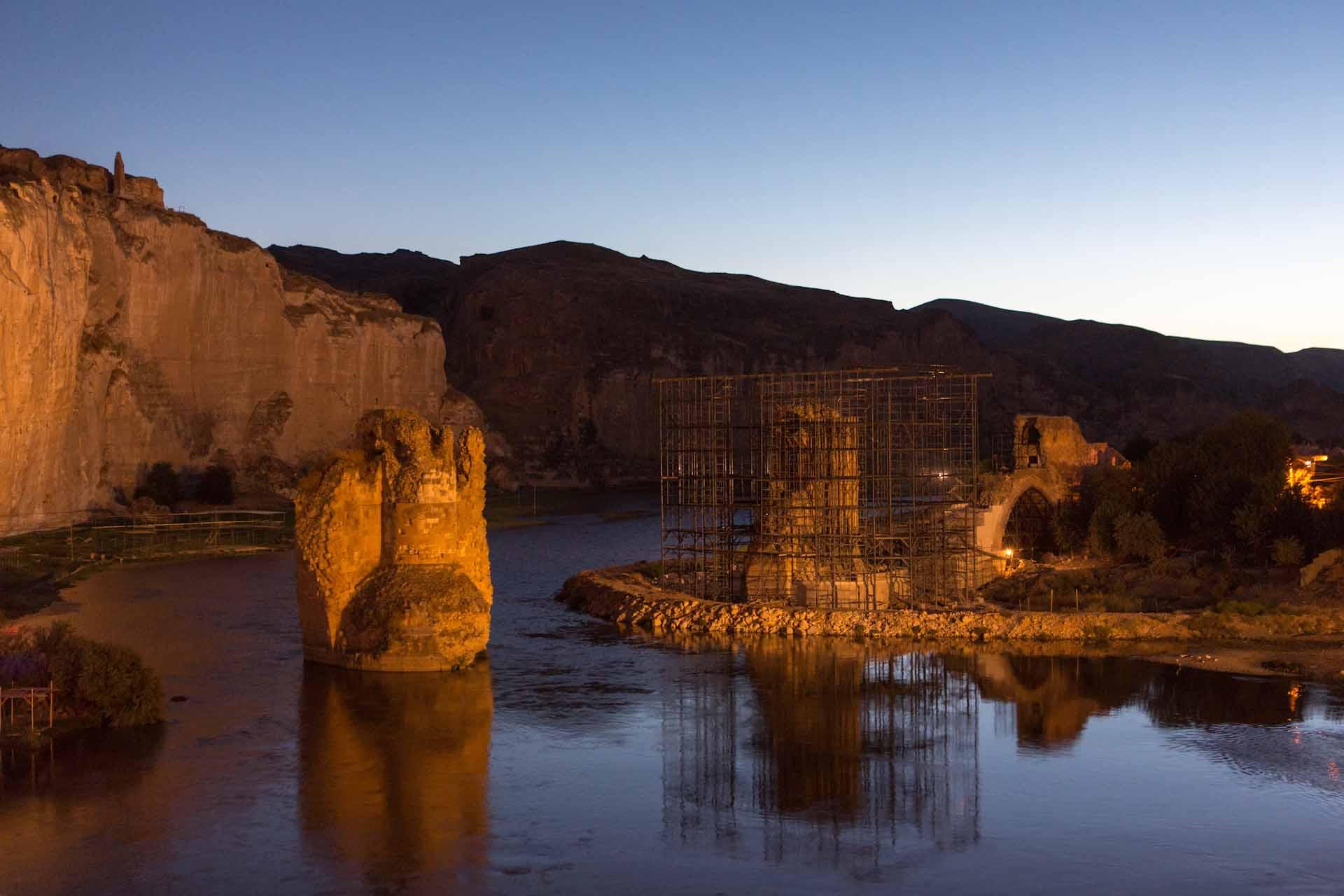 Die Pfeiler der alten byzantinischen Steinbrücke stehen wie verfaulte Zähne im Flussbett des Tigris...