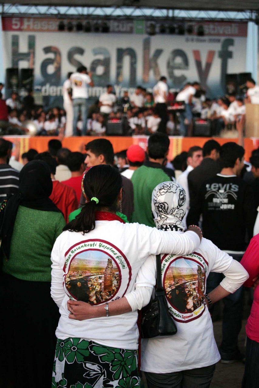 Junge Frauen beim Konzert des 5. Hasankeyf Festival, einer Kulturinitiative gegen die Zerstörung des Tigris Tals und zur Verhinderung des Ilisu-Staudamm Projekts.