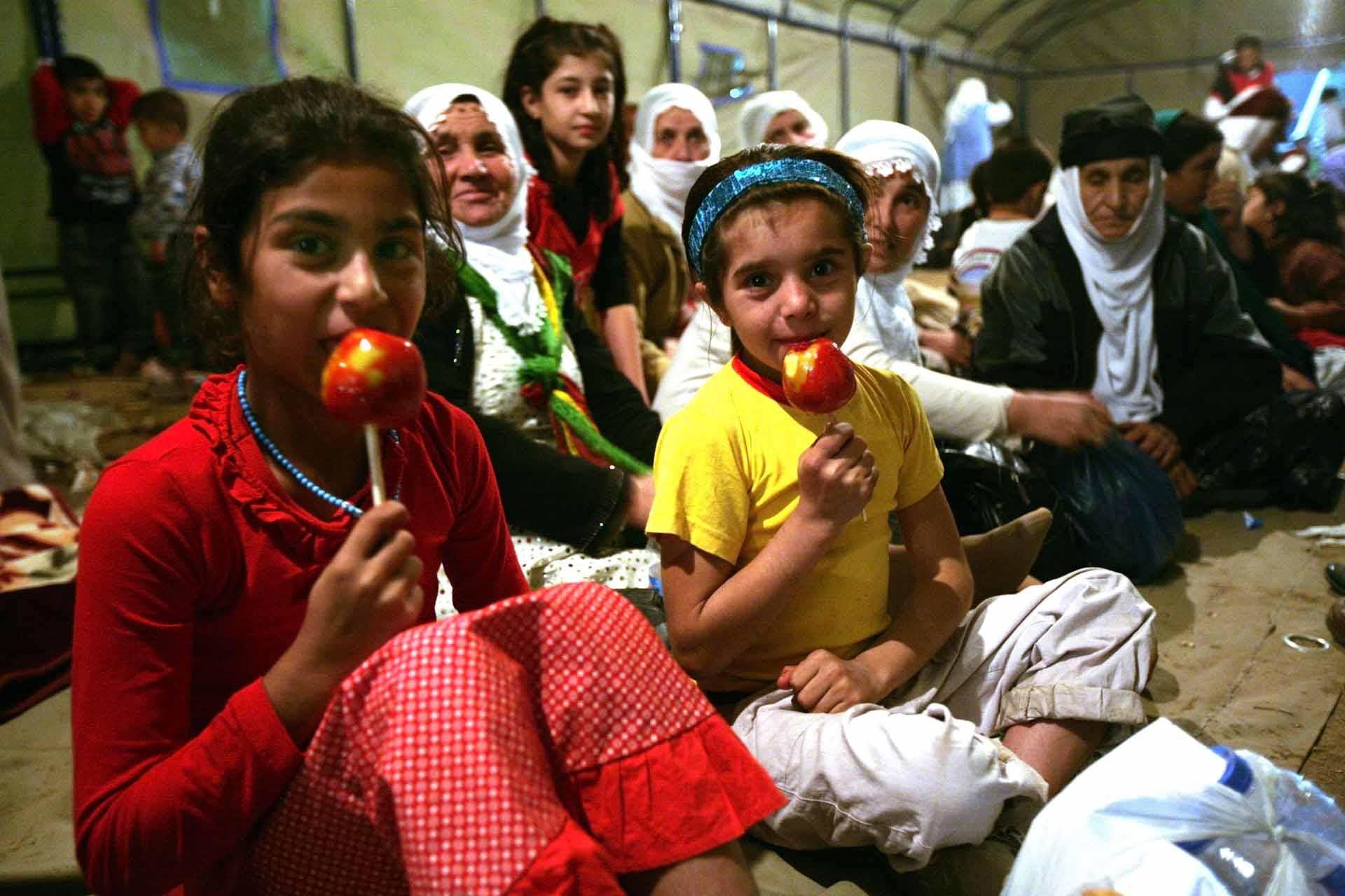 Traditonell gekleidete kurdische Frauen und kleine Mädchen in Zelten am Rand des 5. Hasankeyf Festival, einer Kulturinitiative der Provinz Batman gegen die Zerstörung des Tigris Tals.