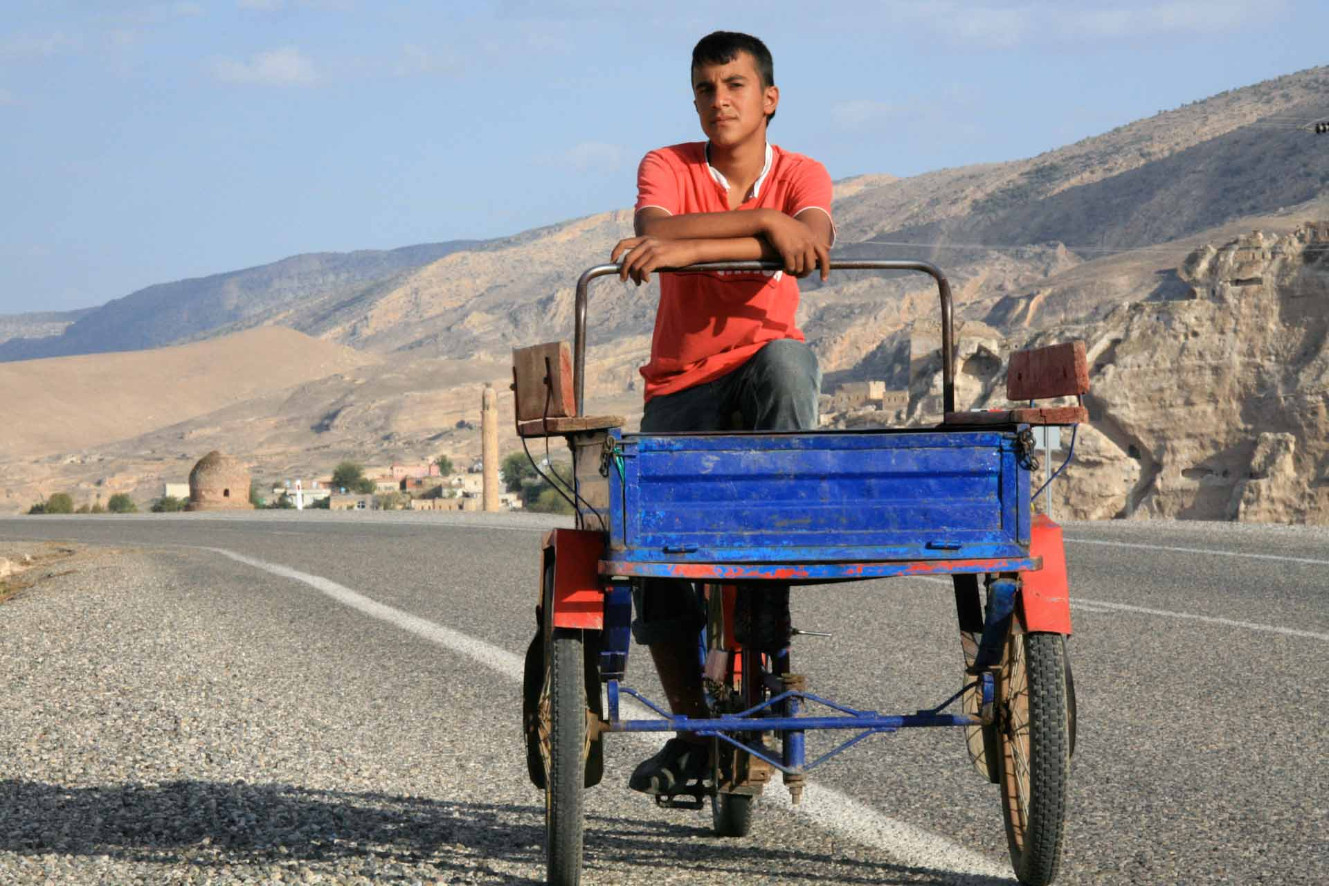 Ein junger Mann, der ein kleines Haus an der Straße ausserhalb von Hasankeyf bewohnt. Seine Familie lebt unter ärmlichsten Verhältnissen und verdient etwas Geld mit Tabakanbau.