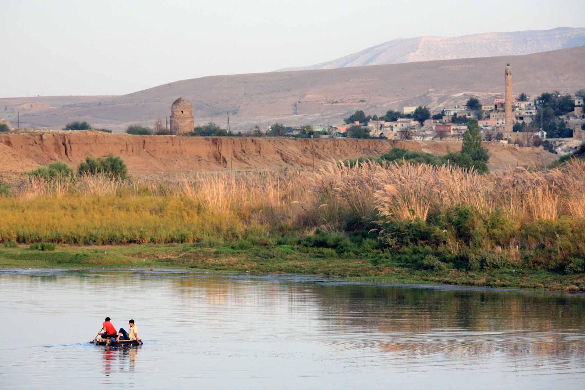 Fischen im Tigris (türkisch Dicle), trotz verschmutztem Flusswasser für viele arme Familien eine dringend notwendige Ergänzung ihrer Ernährung.