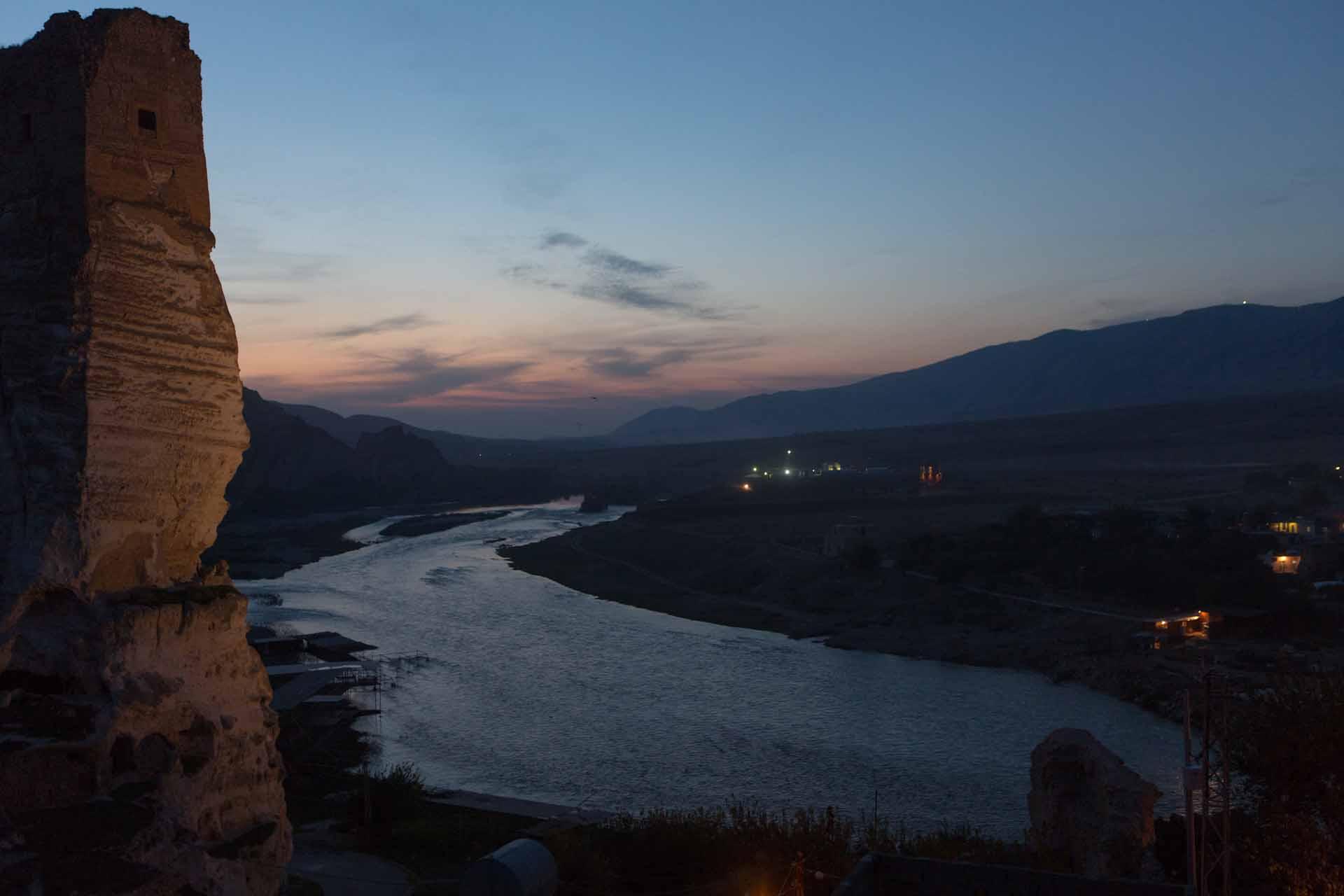 Blick auf den Tigris (Dicle), links die Festung von Hasankeyf.