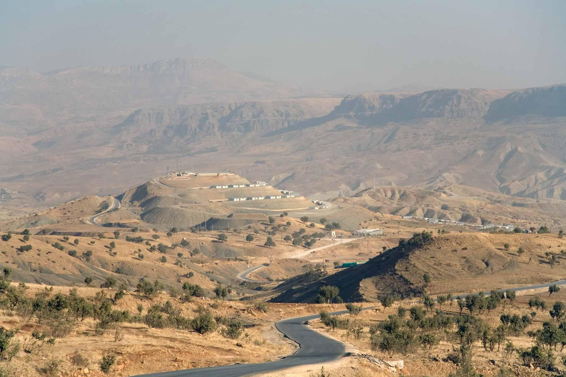 Die eigentliche Baustelle des Staudamms ist grossräumig abgeriegelt und kann nur mit einer Sondergenehmigung aus Ankara besucht werden. Vor Ort sieht man schon von Weitem eine stark veränderte Geologie und Verteidigungsanlagen, die das türkische Militär auf den umliegenden Bergen errichtet hat. Die Infrastruktur der Baustelle ist wiederholt ein Ziel für Angriffe bewaffneter Gruppen gewesen.