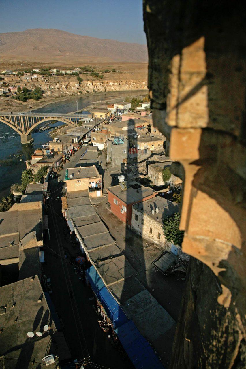 Das Minarett der El-Rizk Moschee wirft seinen langen Schatten auf die Straße der Andenken-Händler. Der Tourismus ist eine der wenigen Einnahmequellen der Einwohner von Hasankeyf.