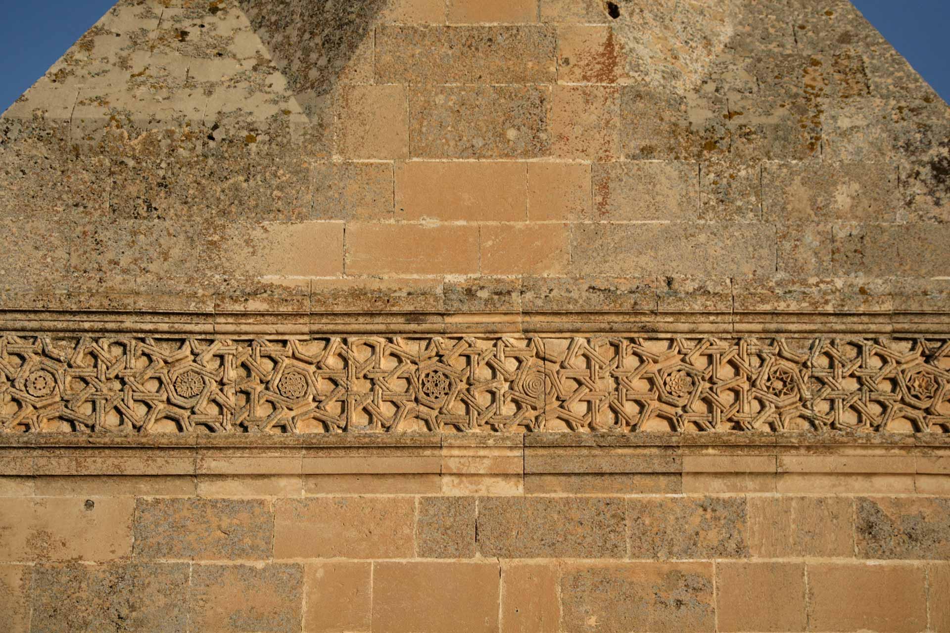 Der Sockel des Minaretts der El-Rizk Moschee. Die Moschee wurde 1409 vom ayubidischen Sultan Süleyman erbaut und hat kufische Beschriftungen & Dekorationen. The base of the minaret of El-Rizk Mosque was built in 1409 by the Ayyubid sultan Süleyman. It has Kufic incriptions & decorations.