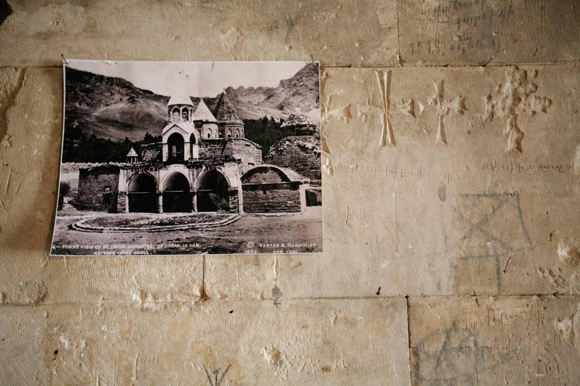 Wie das Kloster einmal aussah, zeigt diese Postkarte an einer Klostermauer. Bei einem Erdbeben im Jahr 2011 wurde das vordere Säulenportal des Klosters zerstört.