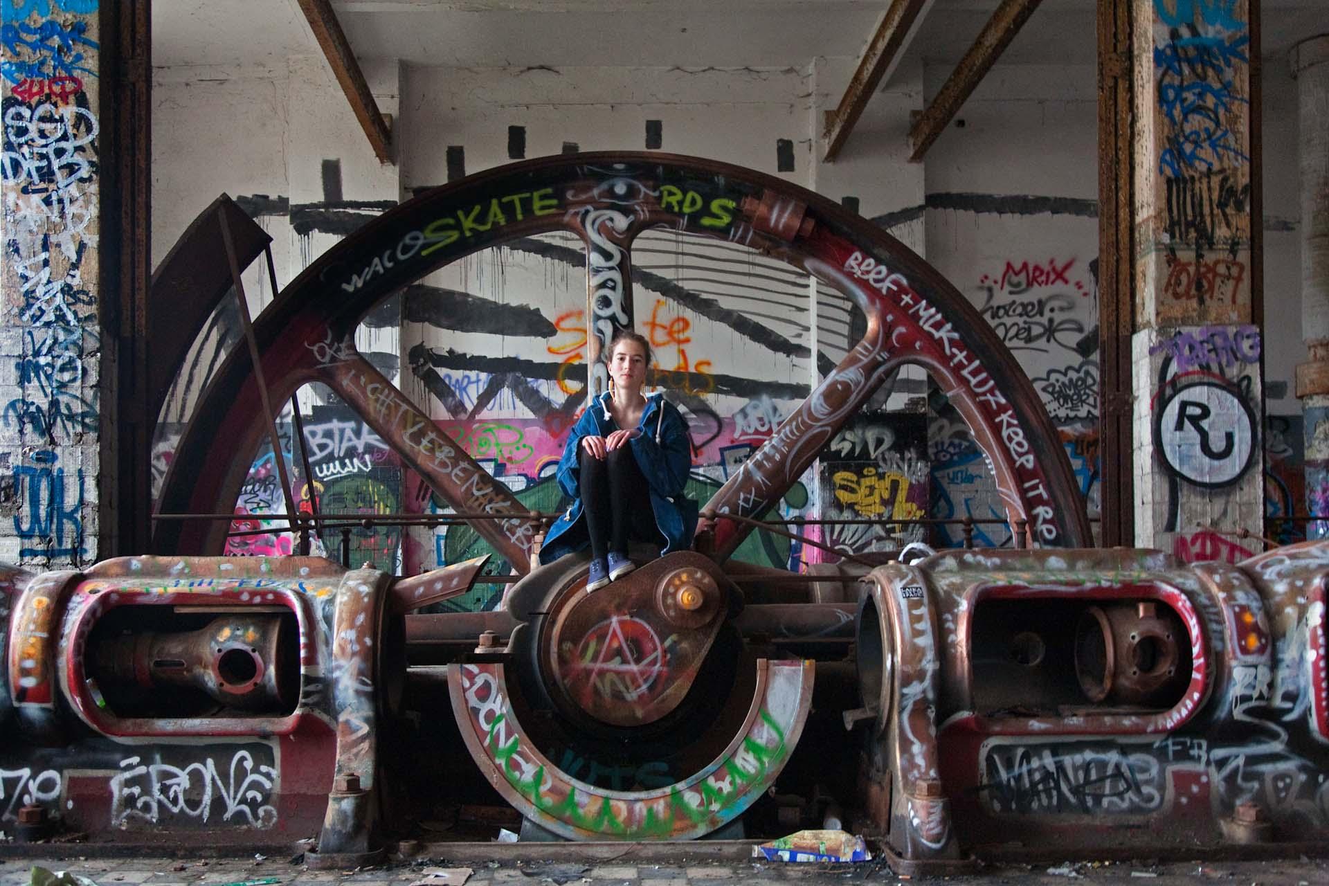 Graffitis in der ehemaligen Eisfabrik am Ufer der Spree.