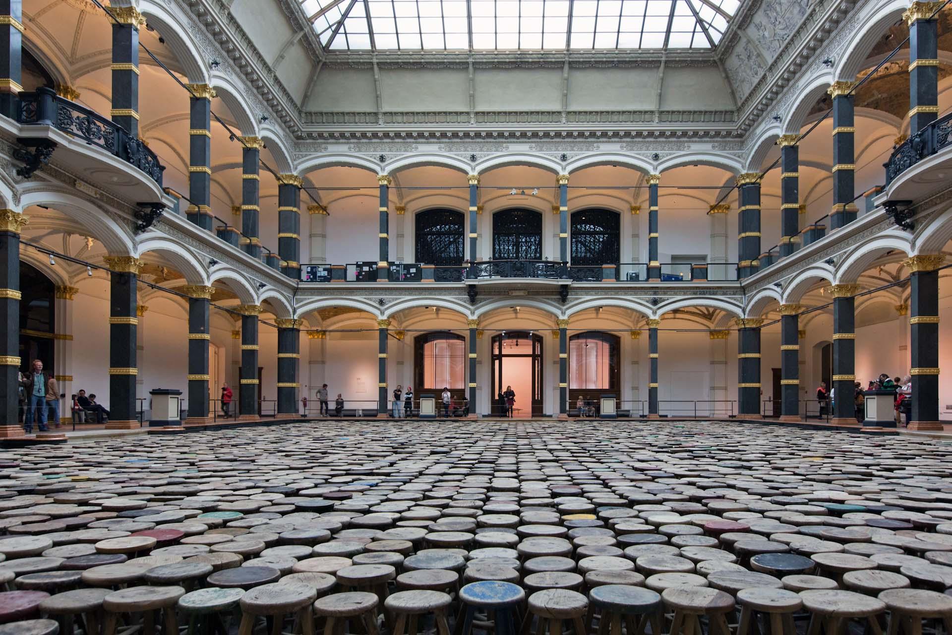 Ai Weiwei Ausstellung im Gropiusbau Berlin. Im Innenhof sind 1000 Hocker, darunter zum Teil mehrere Jahrhundert alte, aus chinesischen Haushalten ausgestellt.