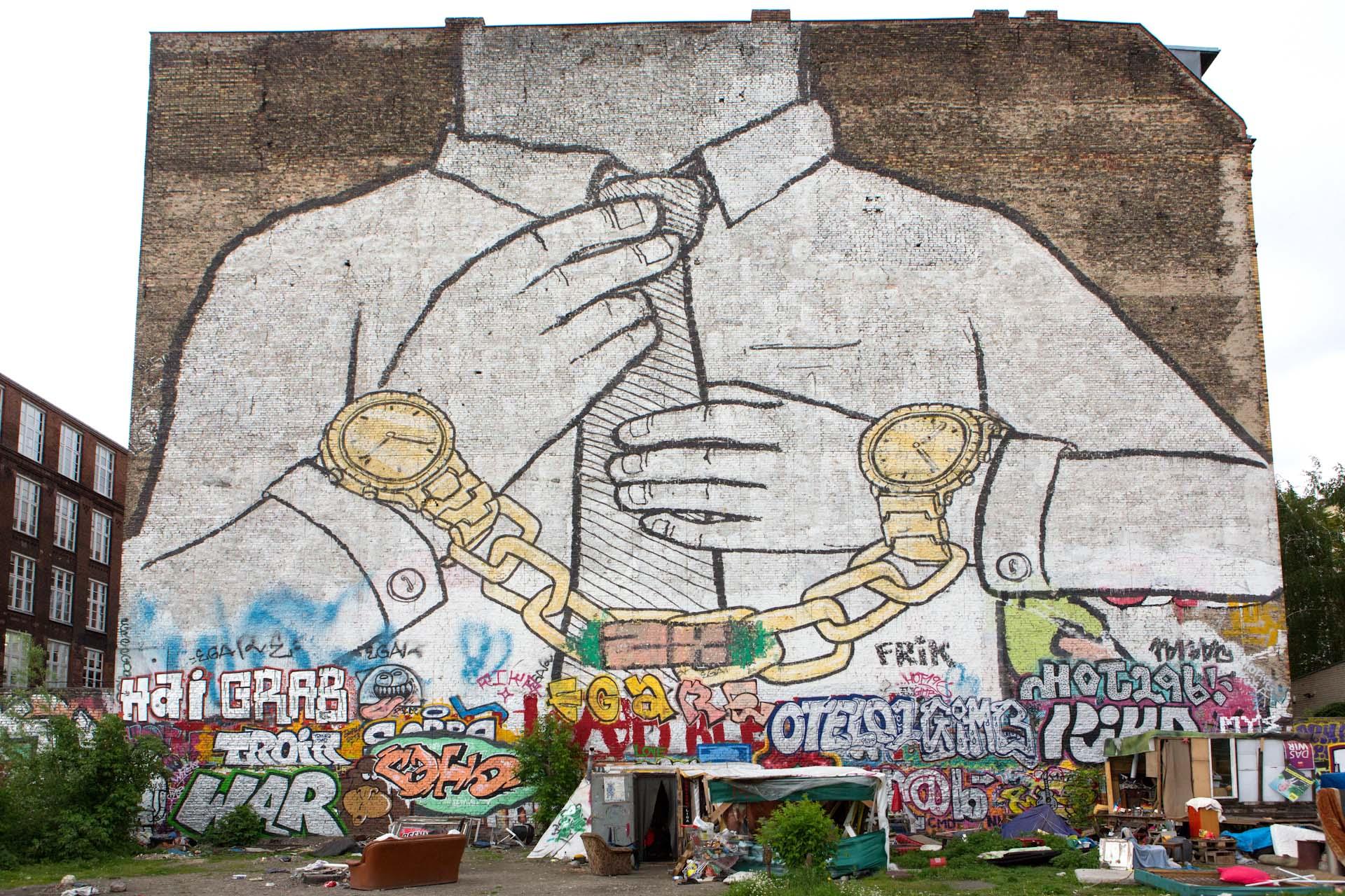 Als Zeichen gegen die Stadtentwicklungspolitik und den Umgang Berlins mit der Kunst wurden das Graffiti im Dezember 2014 im Einvernehmen mit dem Künstler Blu mit schwarzer Farbe übermalt.