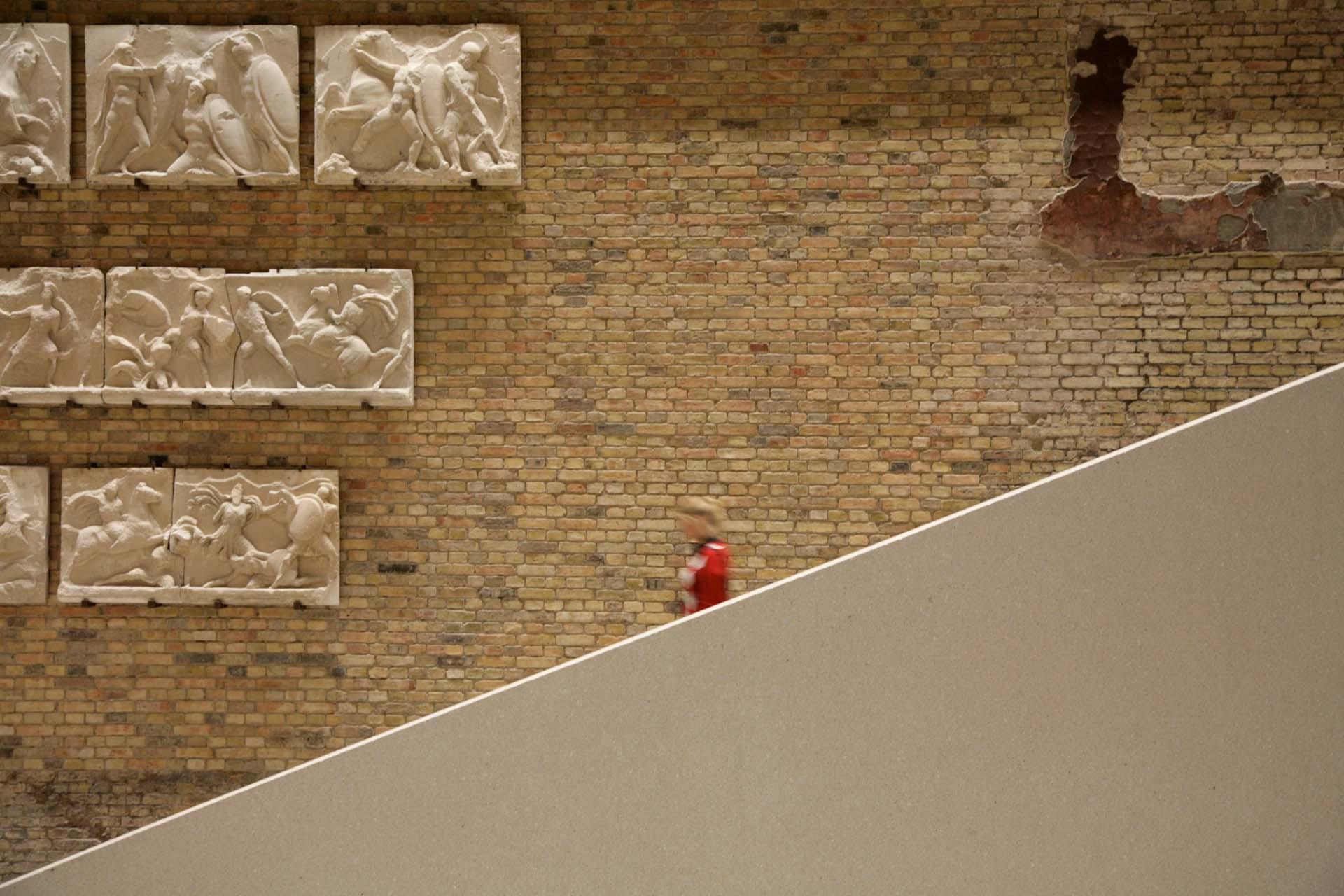 Die große Treppe im Eingangsbereich ist neben der Nofretete der Besuchermagnet des Neuen Museum in Berlin.