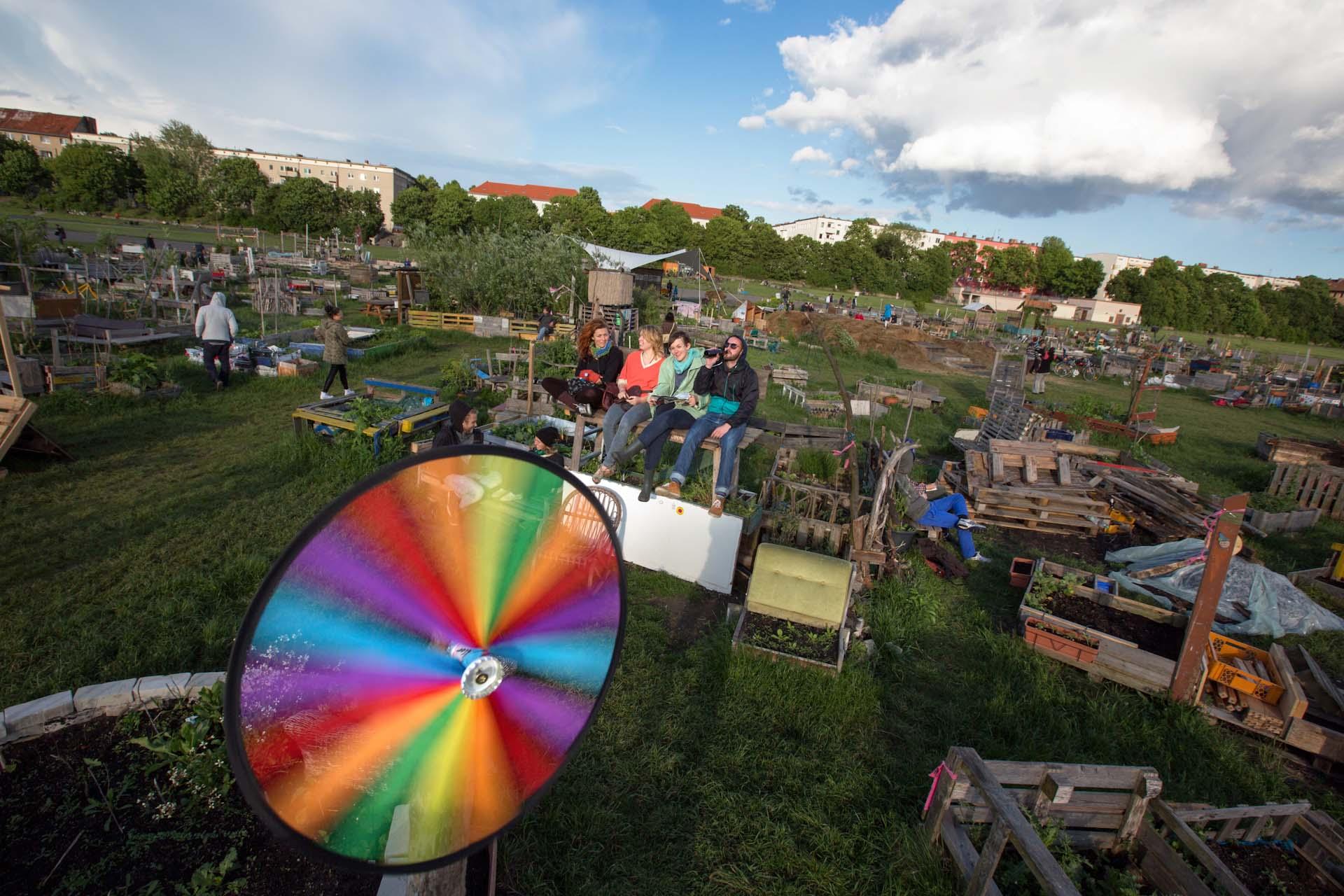 """Große Teile des ehemaligen Flughafengeländes Tempelhofer Feld, sind in """"Allmende"""", Gemeinschaftsgärten, umgewidmet worden."""