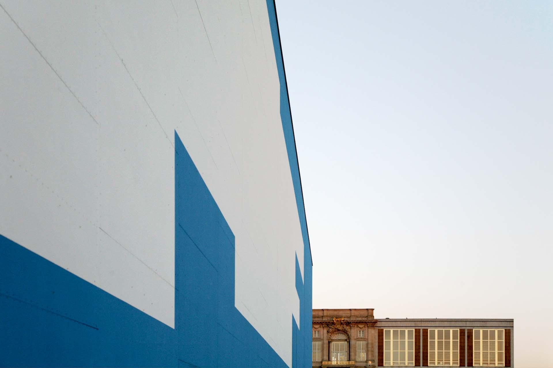 Die temporäre Kunsthalle von Adolf Krischanitz (2008) mit der Fassadengestaltung von Gerwald Rockenschaub in Berlin-Mitte und das gegenüberliegende, ehemalige, Staatsratsgebäude der DDR.