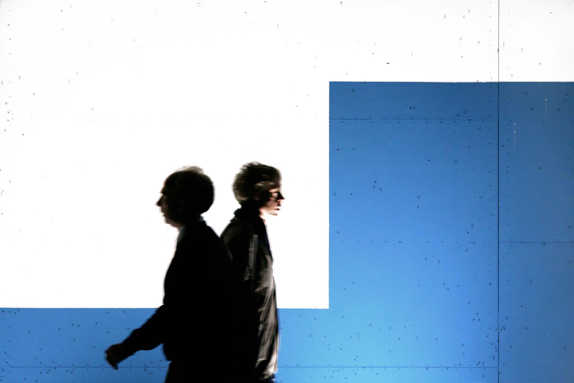 Männer vor der Fassade der temporären Kunsthalle...