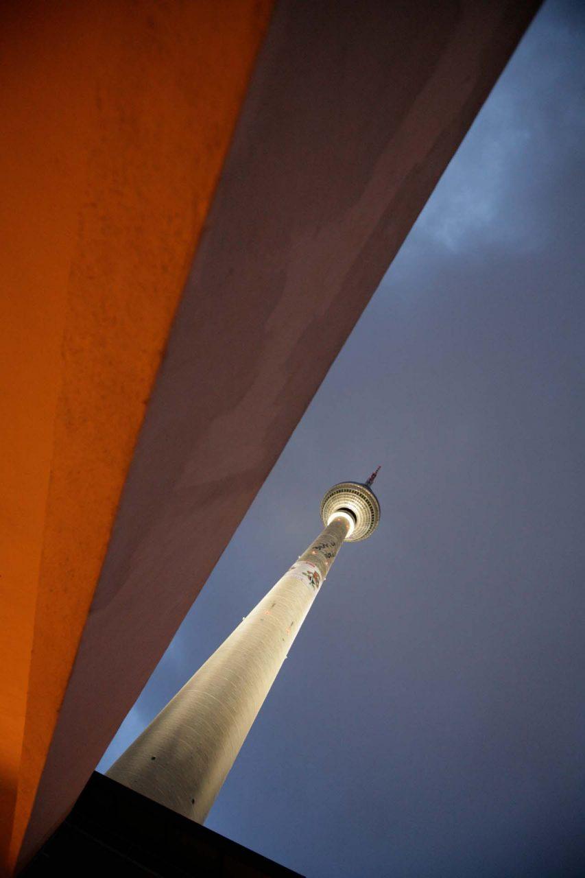 Der von der Deutschen Post der DDR erbaute und 1969 eröffnete Berliner Fernsehturm in Mitte, ist mit 368 Metern das höchste Bauwerk Deutschlands sowie das vierthöchste freistehende Bauwerk Europas.