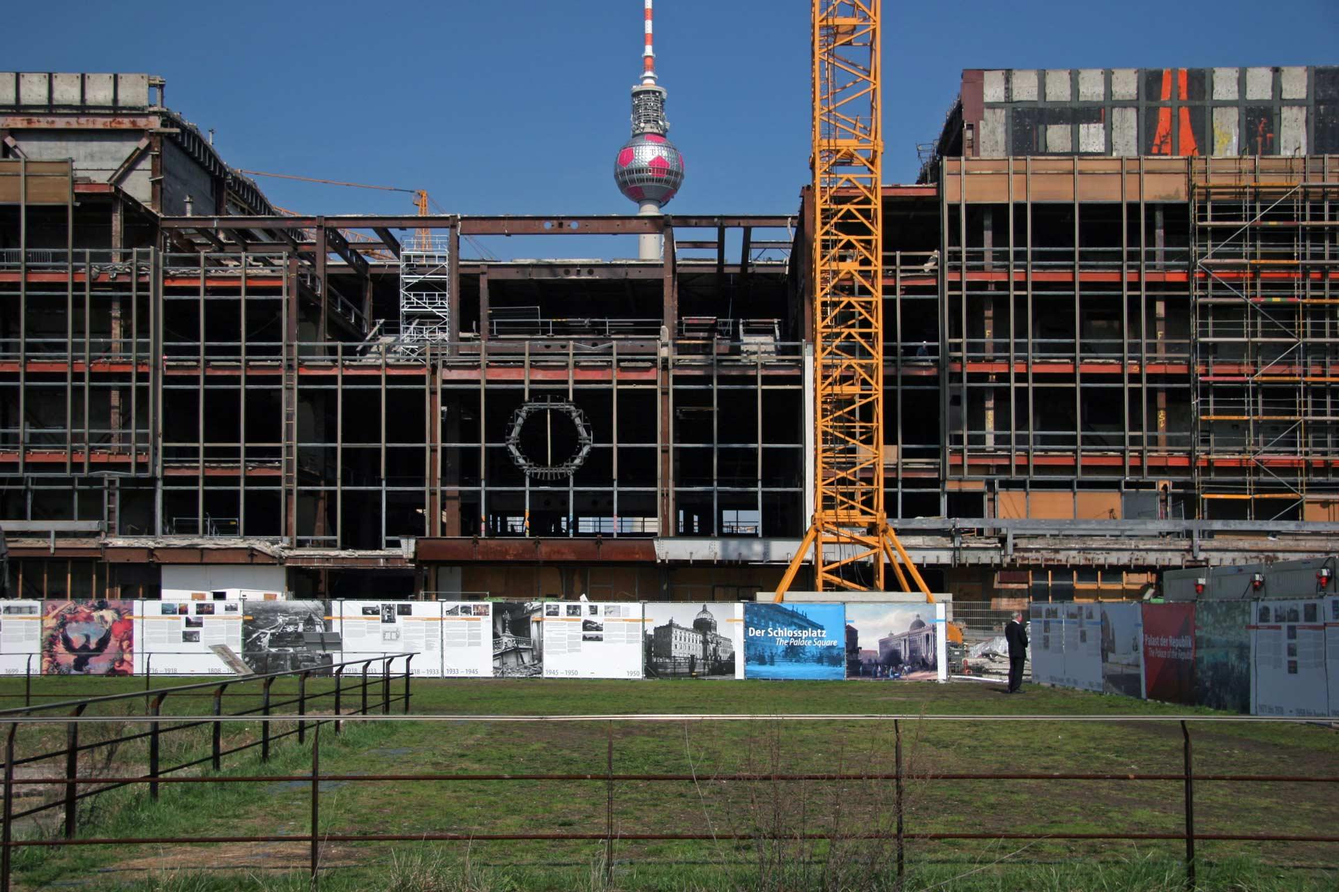 Der Palast der Republik wird abgerissen, um dem Humboldt Forum Platz zu machen.
