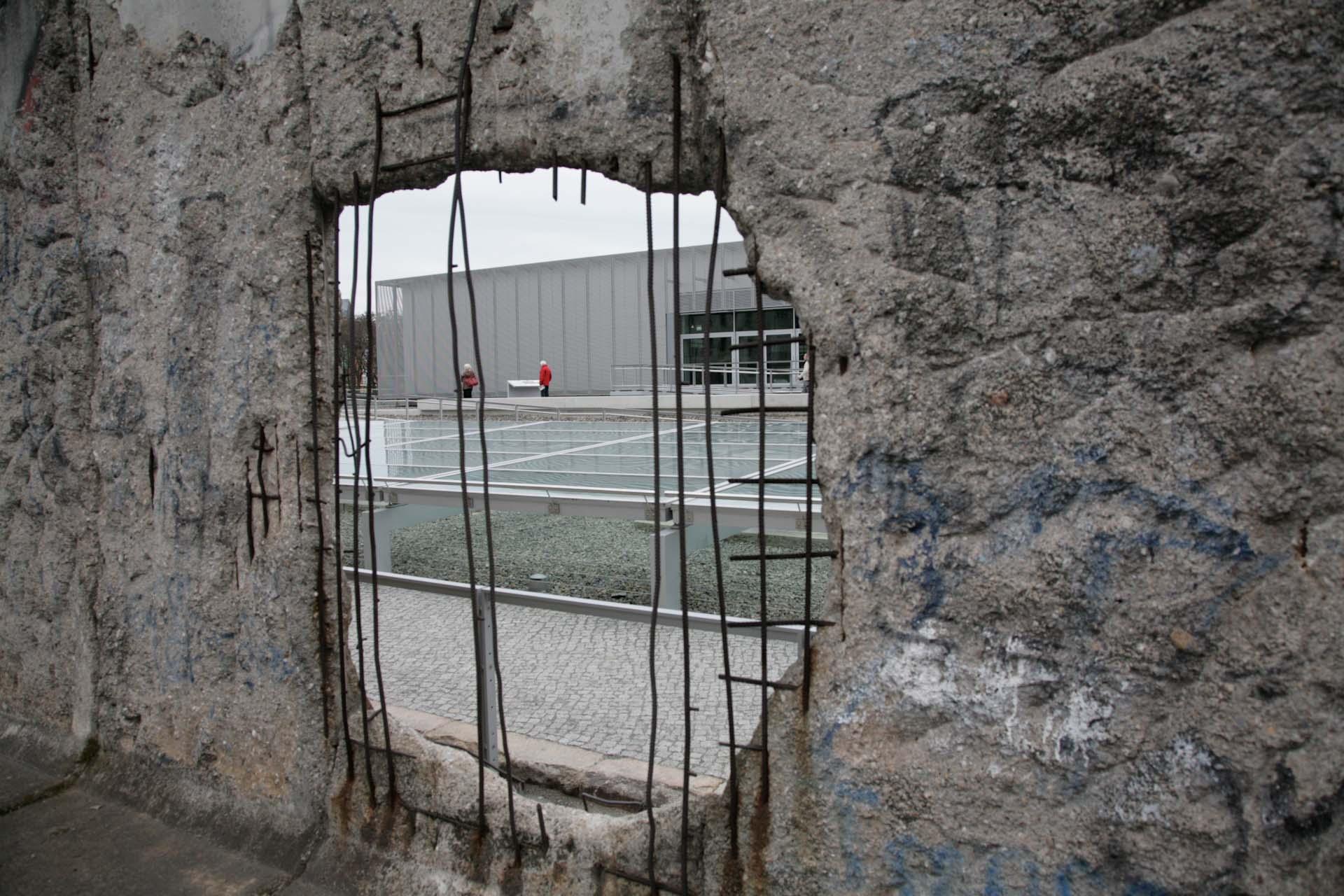 Eine der wenigen noch erhaltenen Mauerfragmente sind heute Bestandteil des Dokumentationszentrums Topographie des Terrors.