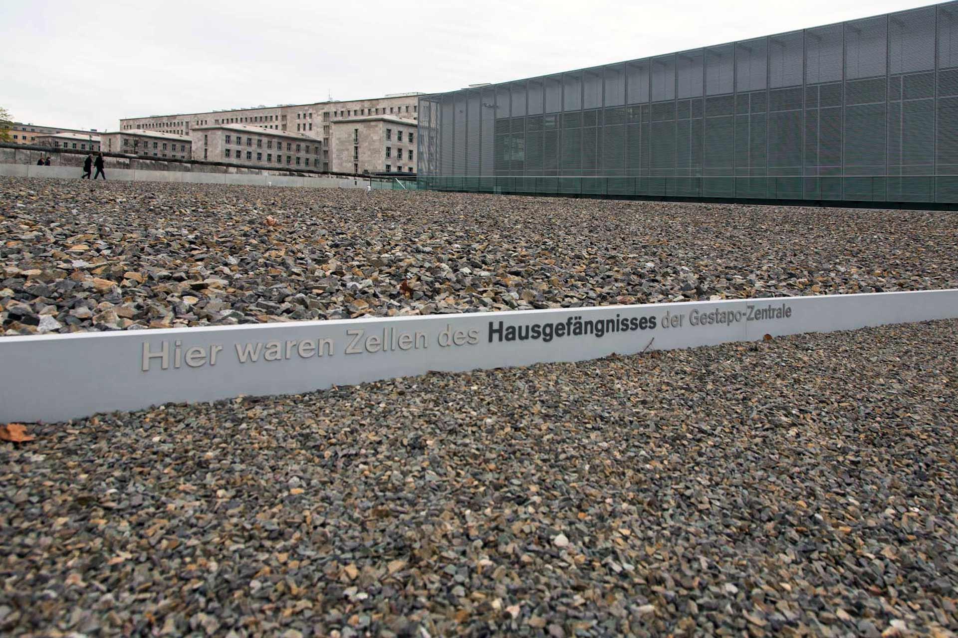 """""""Das Gelände der Topographie des Terrors ist ein authentischer Ort, ein Ort der Täter."""" Im Hintergrund das ehemalige Reichsluftfahrtministerium, heutiger Sitz des Bundesfinanzministeriums."""