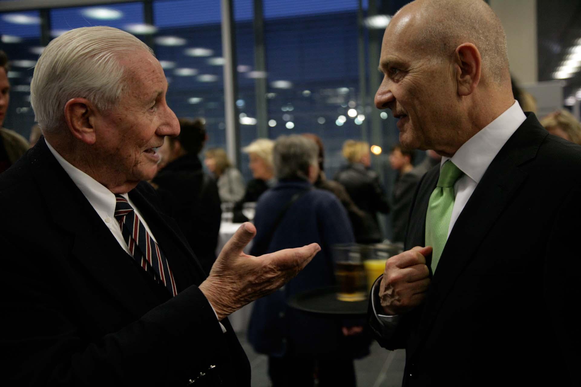 Gabriel Bach, der damalige stellvertretende Ankläger im Prozess gegen Adolf Eichmann, bei der Ausstellungseröffnung in der 'Topographie des Terrors', hier zusammen mit dem israelischen Botschafter.