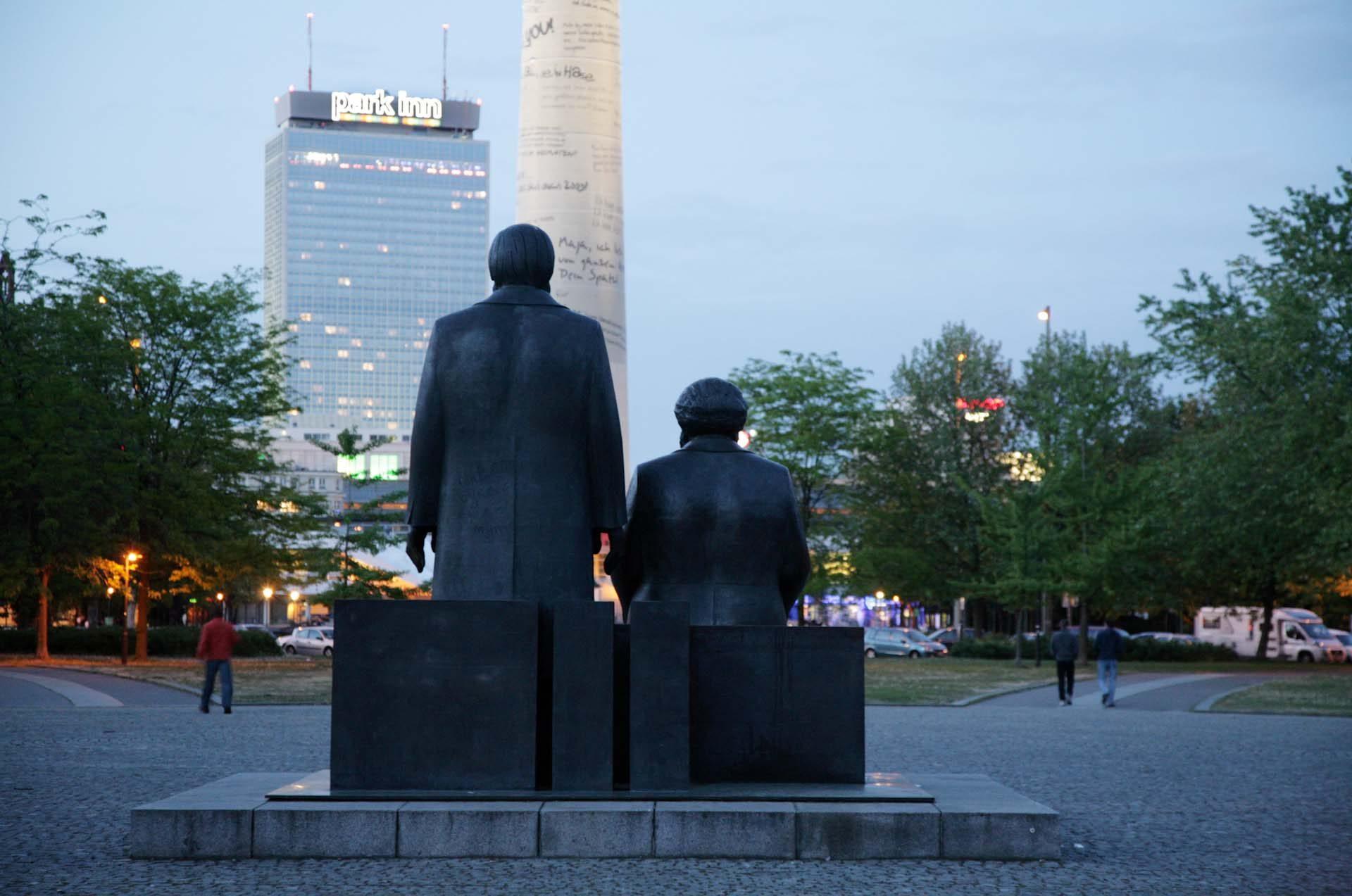 Das 1980er Jahren errichtete Marx-Engels-Forum im ehemaligen Zentrum der DDR Hauptstadt in Berlin-Mitte.