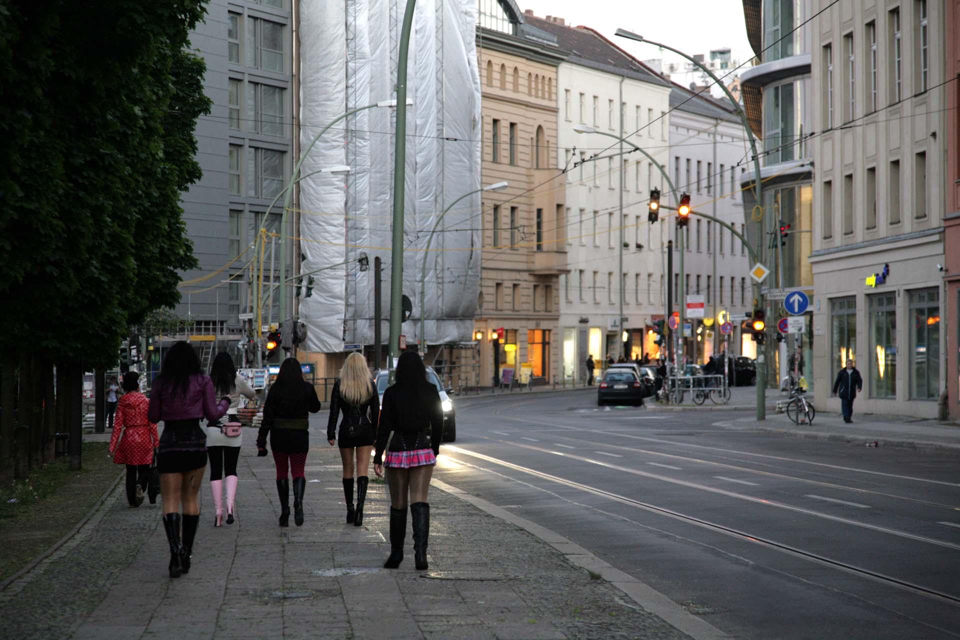 Frauen auf dem Weg zur Arbeit in Berlin-Mitte.