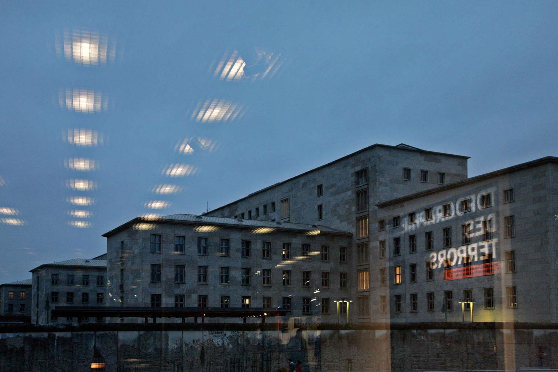 """""""Das Gelände der Topographie des Terrors ist ein authentischer Ort, ein Ort der Täter. Hier befanden sich von 1933 bis 1945 die wichtigsten Einrichtungen des nationalsozialistischen Verfolgungs- und Terrorapparates. Die Zentrale der Geheimen Staatspolizei war in der Prinz-Albrecht-Straße 8 untergebracht, ab 1939 auch das Reichssicherheitshauptamt. Während das benachbarte Hotel Prinz Albrecht als Sitz der Reichsführung SS diente, zog der Sicherheitsdienst der SS in das Prinz-Albrecht-Palais in der Wilhelmstraße 102. Damit war auf engem Raum das eigentliche Regierungsviertel des nationalsozialistischen SS- und Polizeistaates entstanden."""" [Prof. Dr. Andreas Nachama]"""