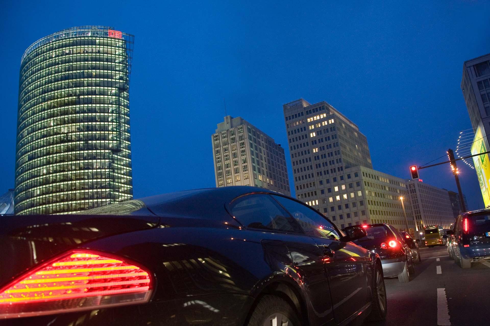 Abendlicher Verkehr am Potsdamer Platz.