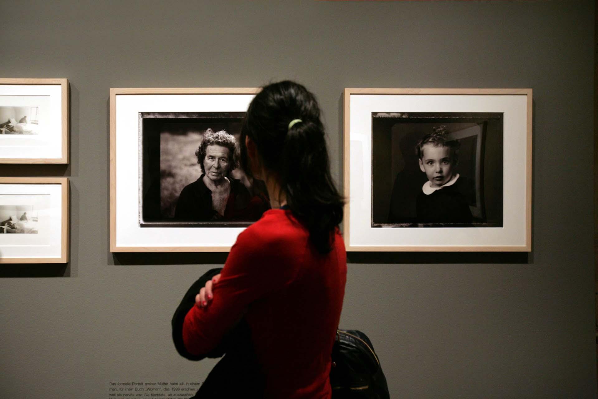 Ausstellungsbesucherin vor einem Fotoportrait der Mutter der Fotografin Annie Leibovitz, in der Annie Leibovitz Ausstellung im C/O Berlin.
