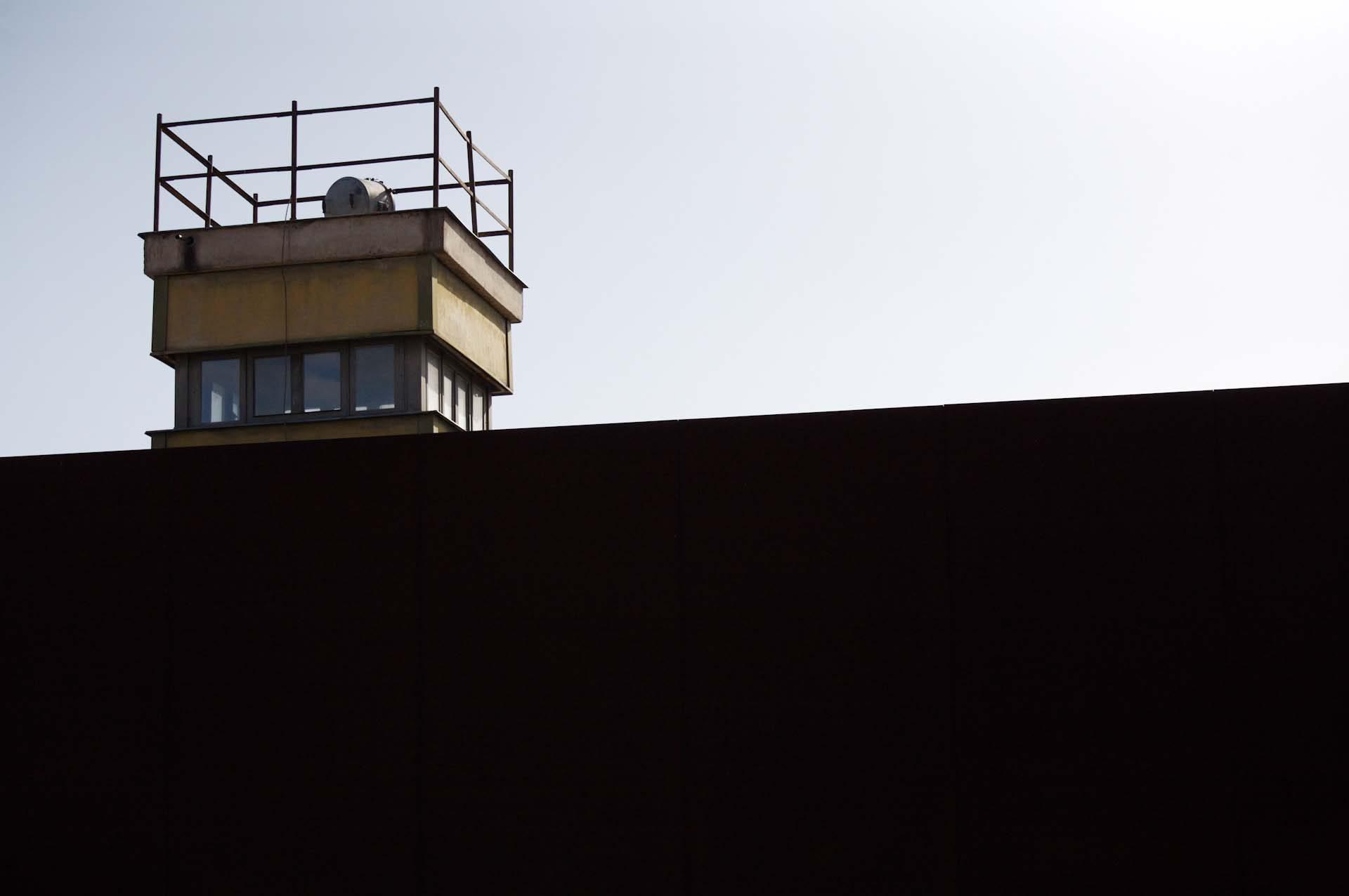 Ein ehemaliger Wachturm des DDR Grenzstreifens, ist Teil der Gedenkstätte Berliner Mauer, Bernauer Straße Ecke Ackerstraße.