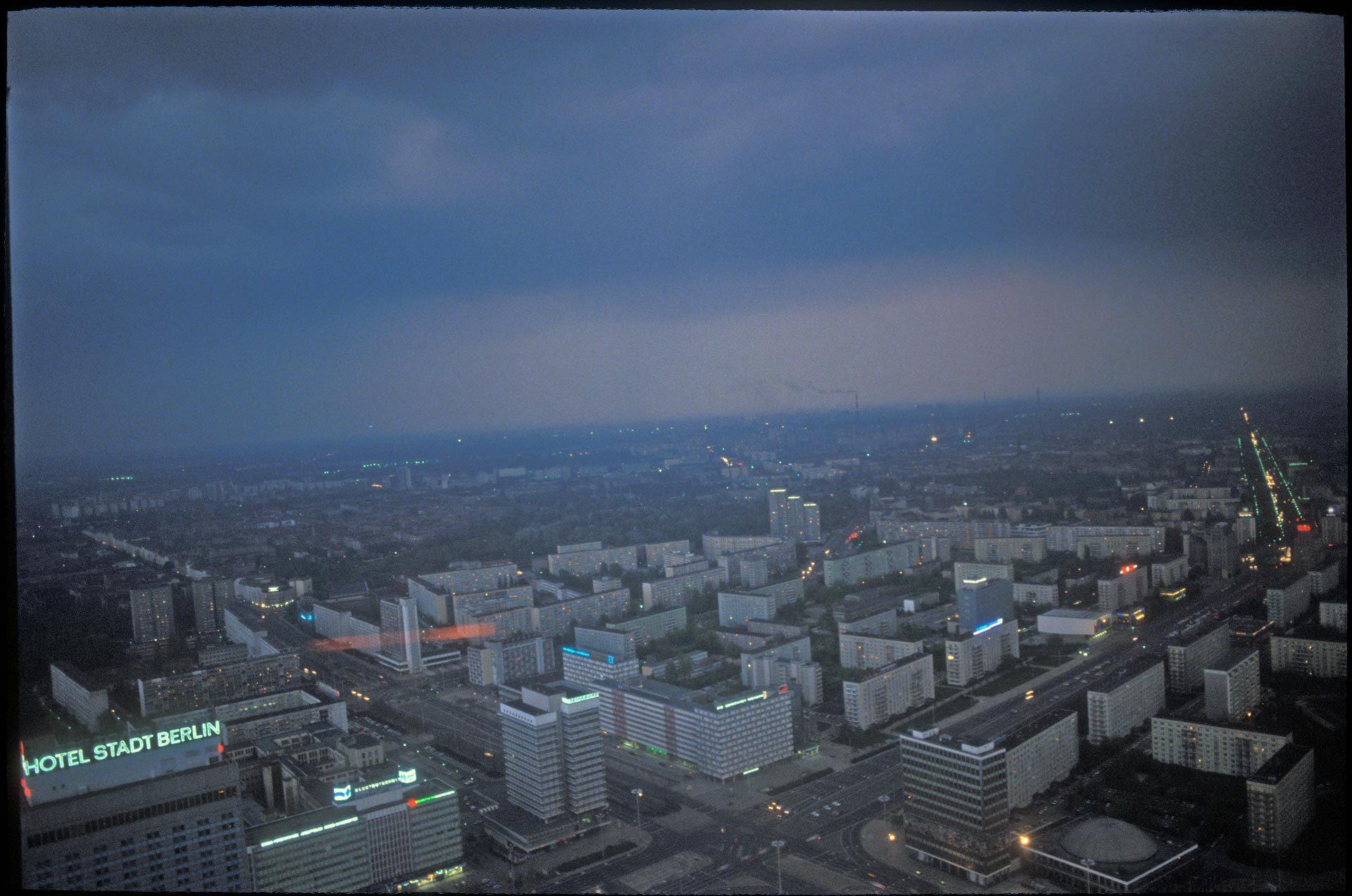 Blick vom Fernsehturm kurz nach der Wiedervereinigung.