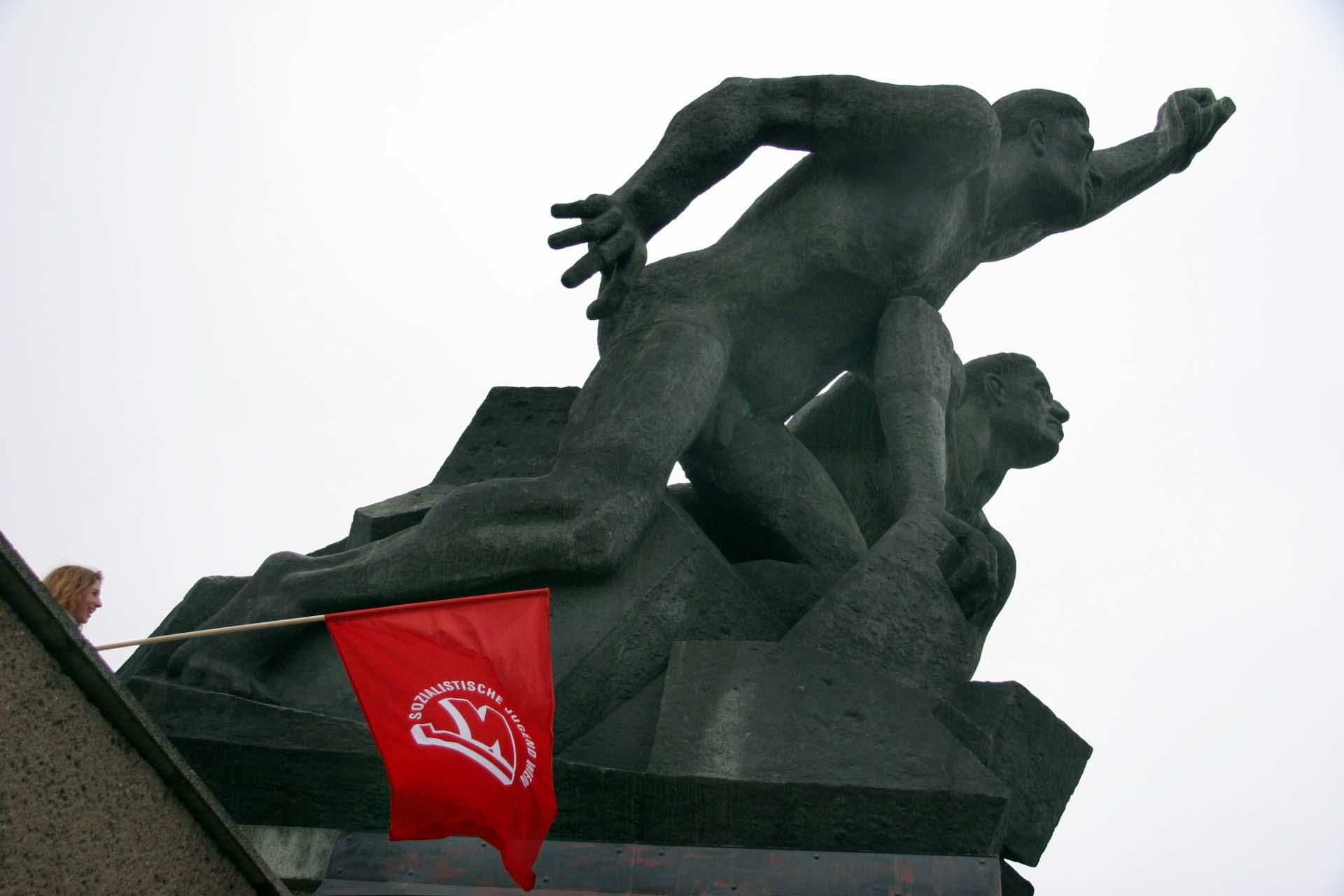 Eine sozialistische Plastik am Rande des Demozugs.