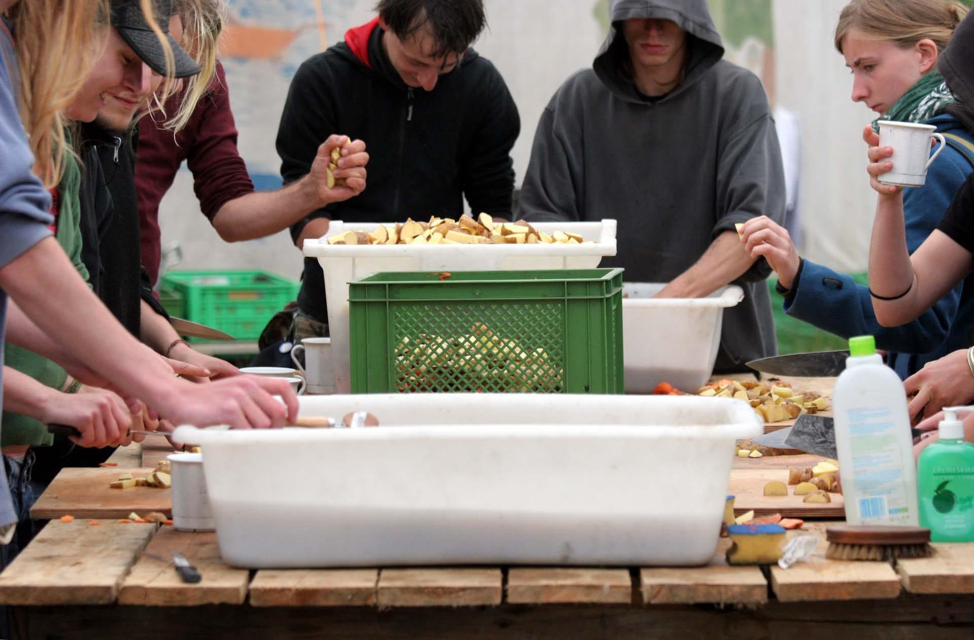 Die Essensversorgung in den Camps läuft über die s.g. Volxsküchen (VoKüs)... Eine Gruppe Aktivisten helfen. Für ein Abendessen müssen ca. 200 kg Kartoffeln gewaschen und geschnitten werden.