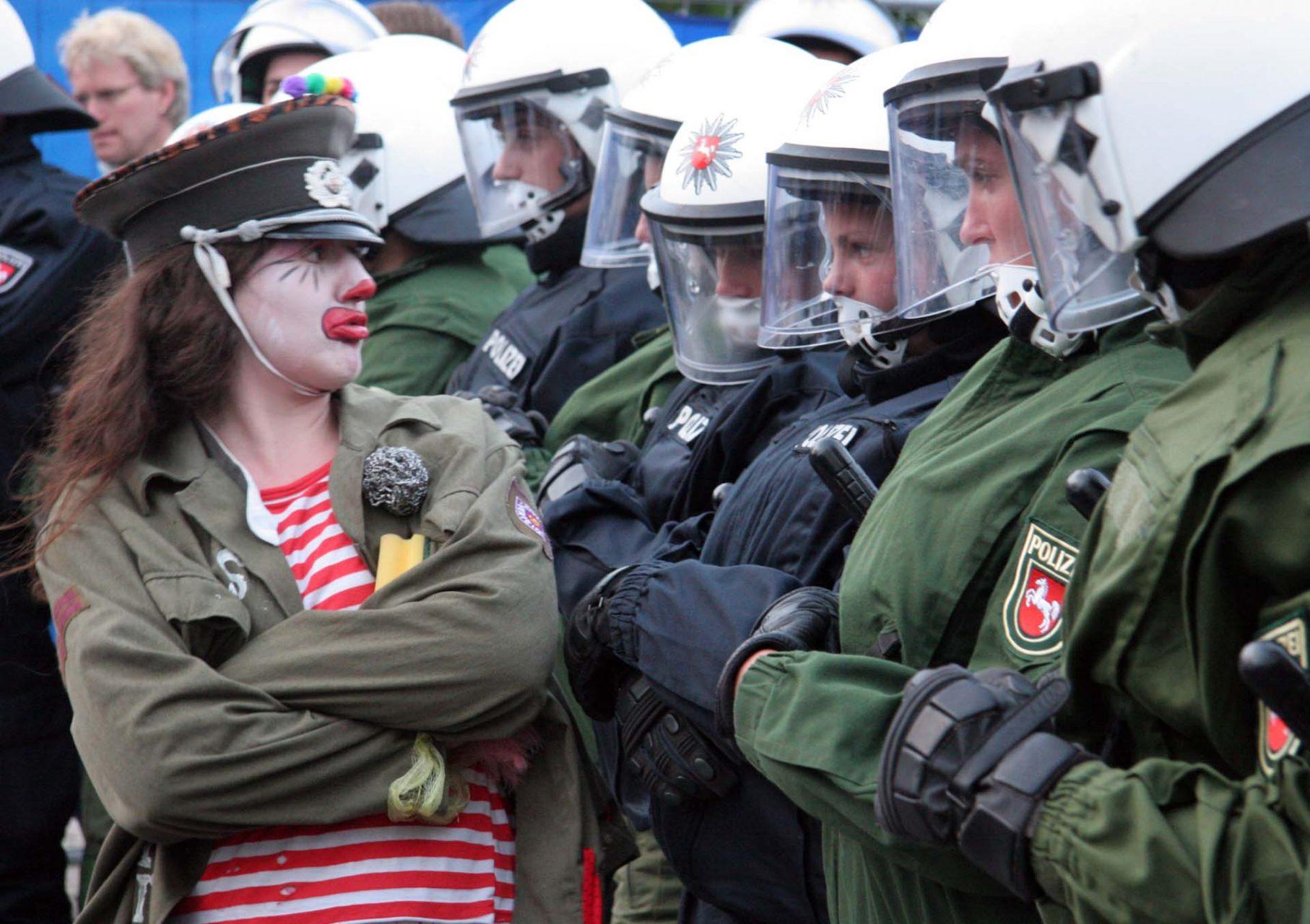 Vor dem Medienzentrum in Kühlungsborn demonstriert zu dessen Eröffnung eine Gruppe unterstützt von der 'Clownsarmy'.