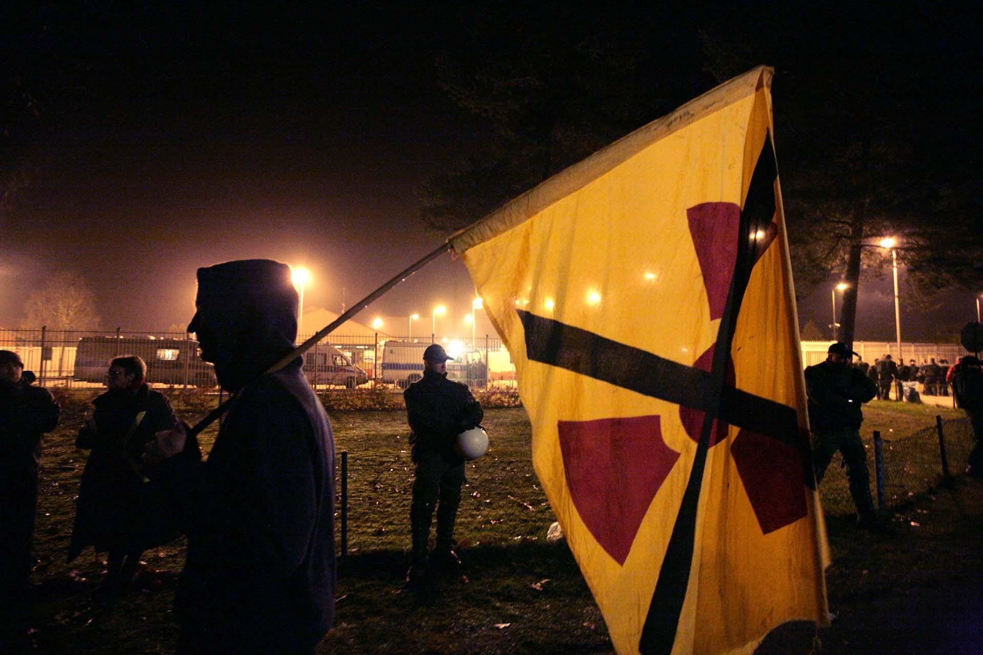 Atomkraftgegner blockieren die Zufahrt zum Zwischenlager in Gorleben.
