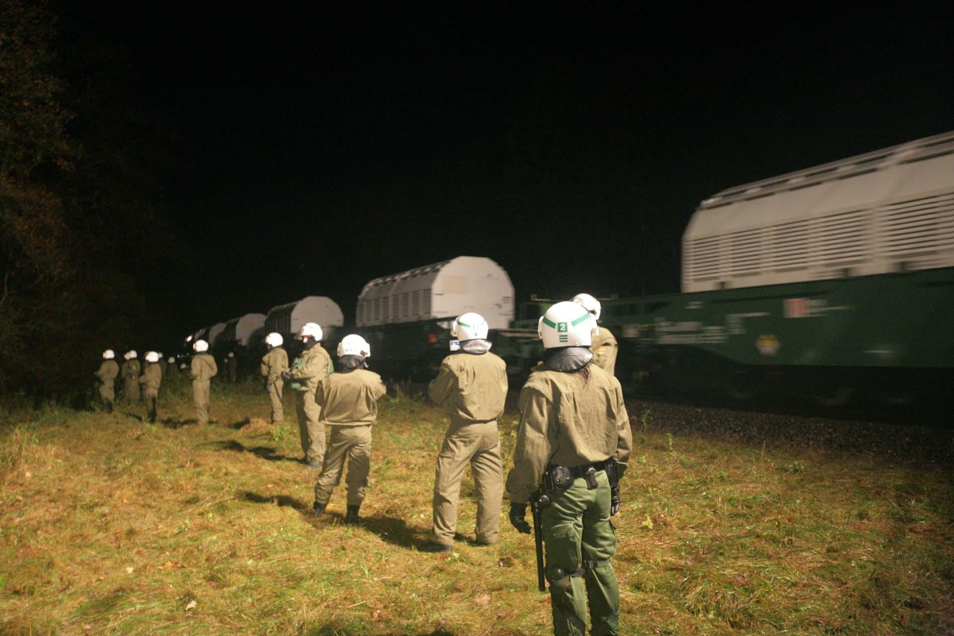 Ein riesiges Aufgebot der Polizei sichert fast lückenlos die gesamte Bahnstrecke und den durchfahrenden Castor Transport.