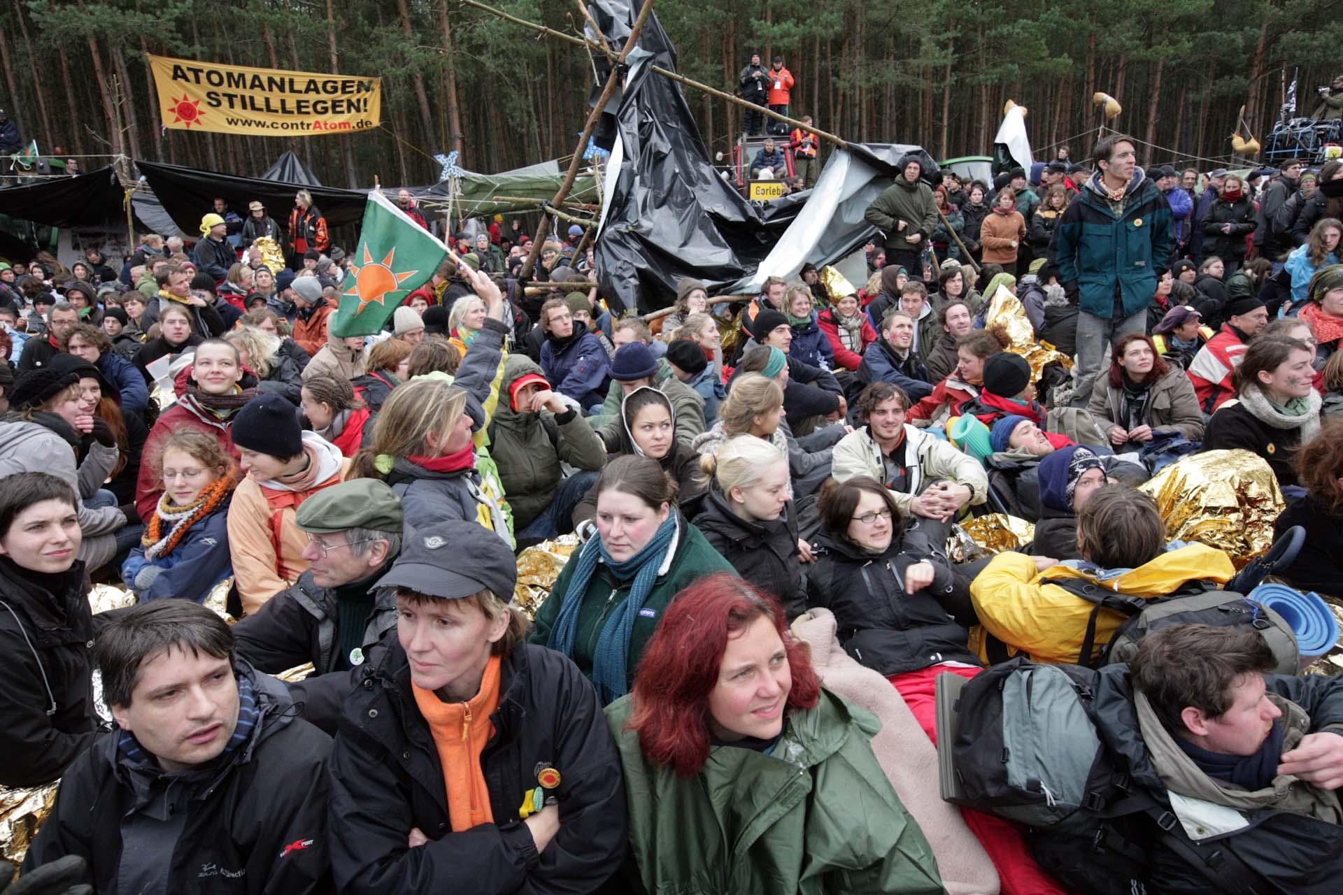 Grüne Prominenz bei der Sitzblockade vor dem Zwischenlager Gorleben. Links unten, Sven Giegold, daneben Grüne Geschäftsführerin Steffi Lemke und Astrid Rothe-Beinlich.