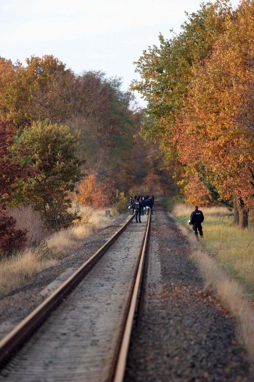 Die Bahnstrecke wird auf mögliche Beschädigungen untersucht...