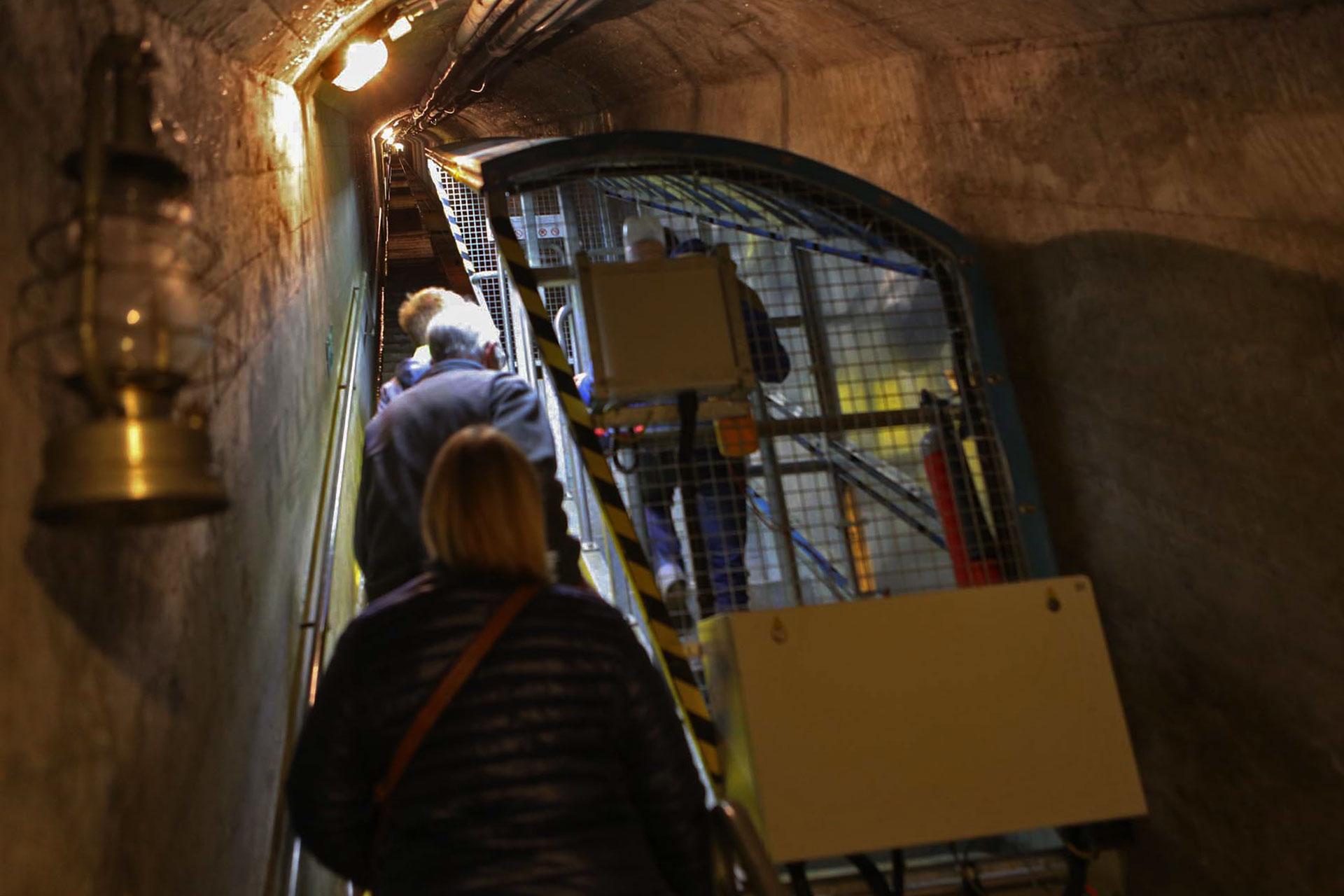 Am Ende des Gangs steht eine Art Stehlift bereit, hilfreich, da es eine große Höhendifferenz von 400 Stufen zu überwinden gilt, dann wieder Gänge. Der Komplex umfasst insgesamt 2,4 Kilometer Stollenlänge und über 8000 Quadratmeter Nutzfläche.