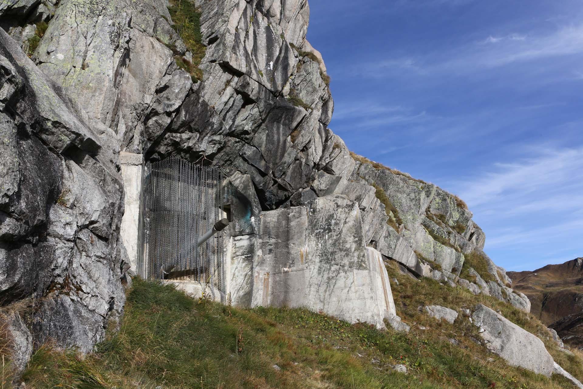 Fast in der Felswand verborgen liegen die Rohre der großkalibrigen Waffen. Im Juli 1943 waren die ersten zwei 10,5-cm-Kanonen schussbereit – komplett fertiggestellt wurde die Anlage aber erst zum Ende des zweiten Weltkrieg.