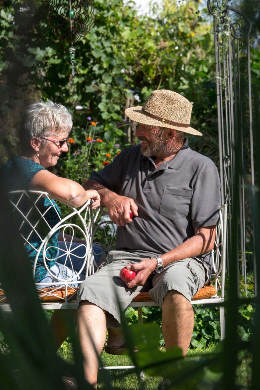 """""""Für Hans und Sibylle Breisacher ist der Garten die Seele des Hauses. Fast immer halten sie sich dort auf, was in Ihringen, der Winzergemeinde am südlichen Kaiserstuhl, nicht so schwer ist. Soll es doch der wärmste Ort in Deutschland sein."""""""