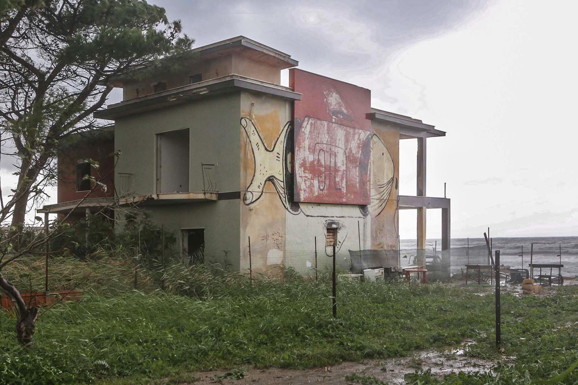 Un'opera dei Mangiatori di Patate realizzata sulla fiancata di una casa abbandonata.