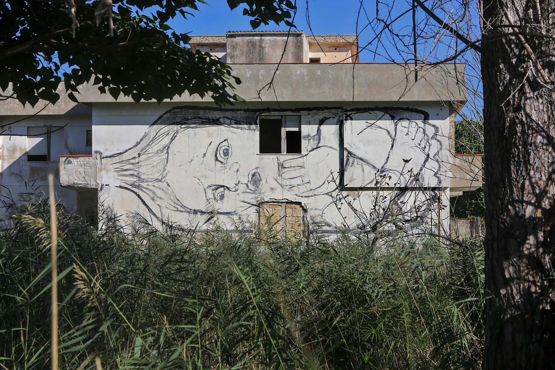 Un' opera di Collettivo Fx realizzata su una casa abbandonata ed erosa dal mare.