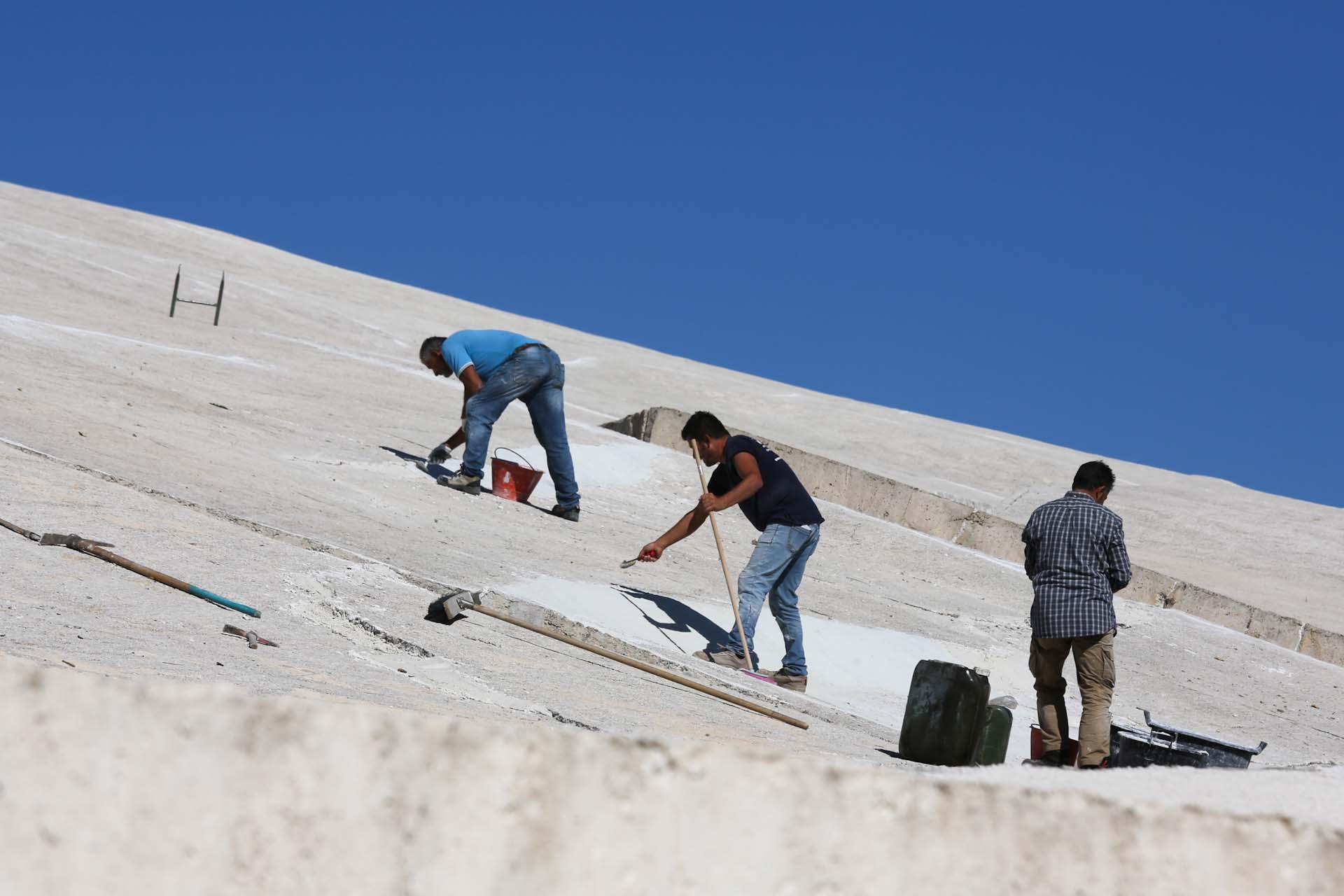 Ausbesserungsarbeiten, weil die Masse des Betons schwindet und Risse entstehen...