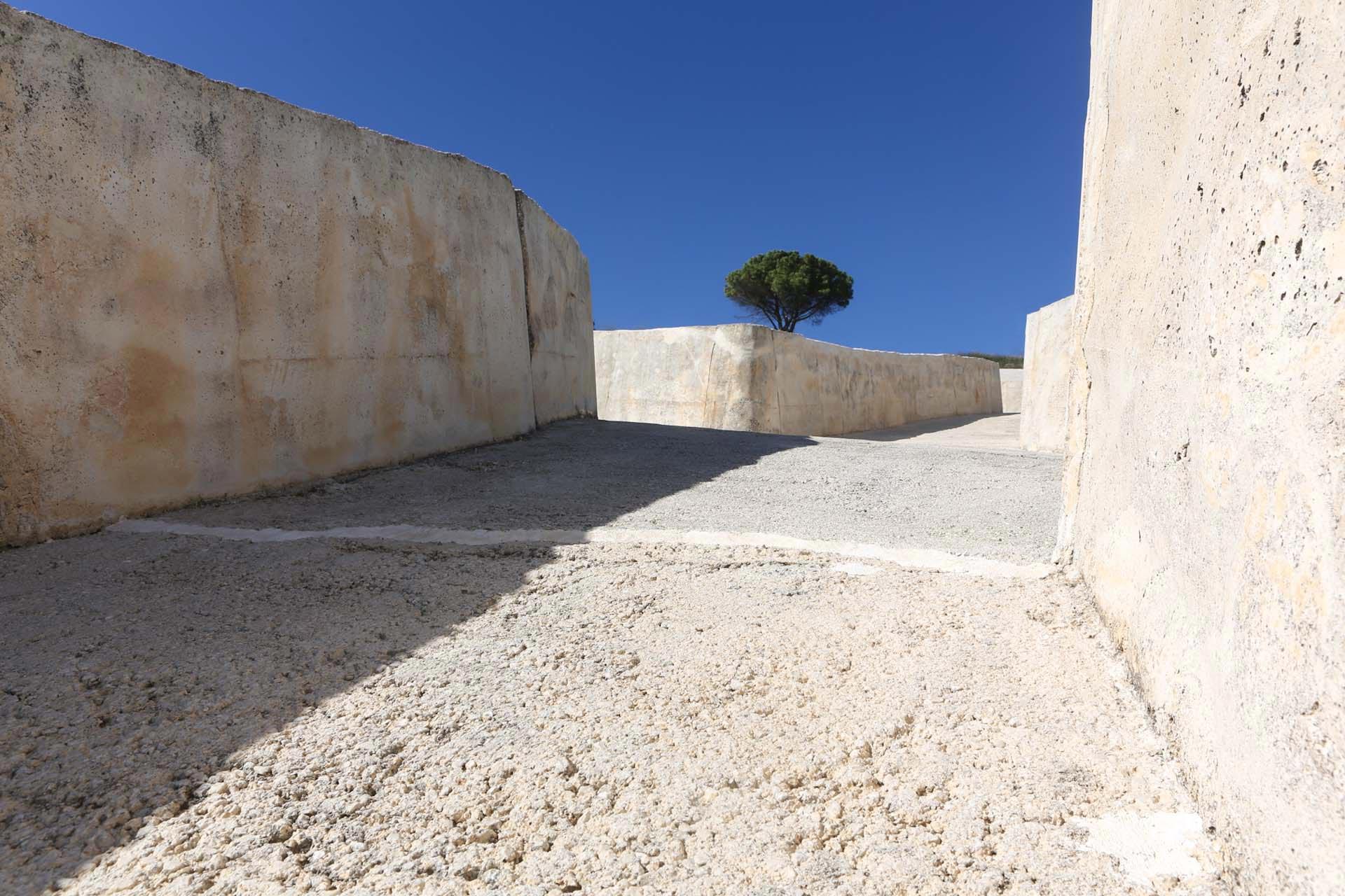 Auf den Grundrissen der Hausruinen, den Straßen und Wegen von Gibellina aufbauend, schuf Alberto Burri eine der größten Landschaftsskulpturen der Welt.