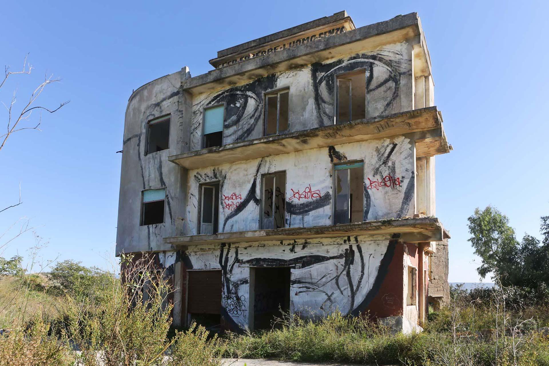 Dieses Haus, da aus Beton und erdbebensicher gebaut, blieb als eines der wenigen Häuser stehen.