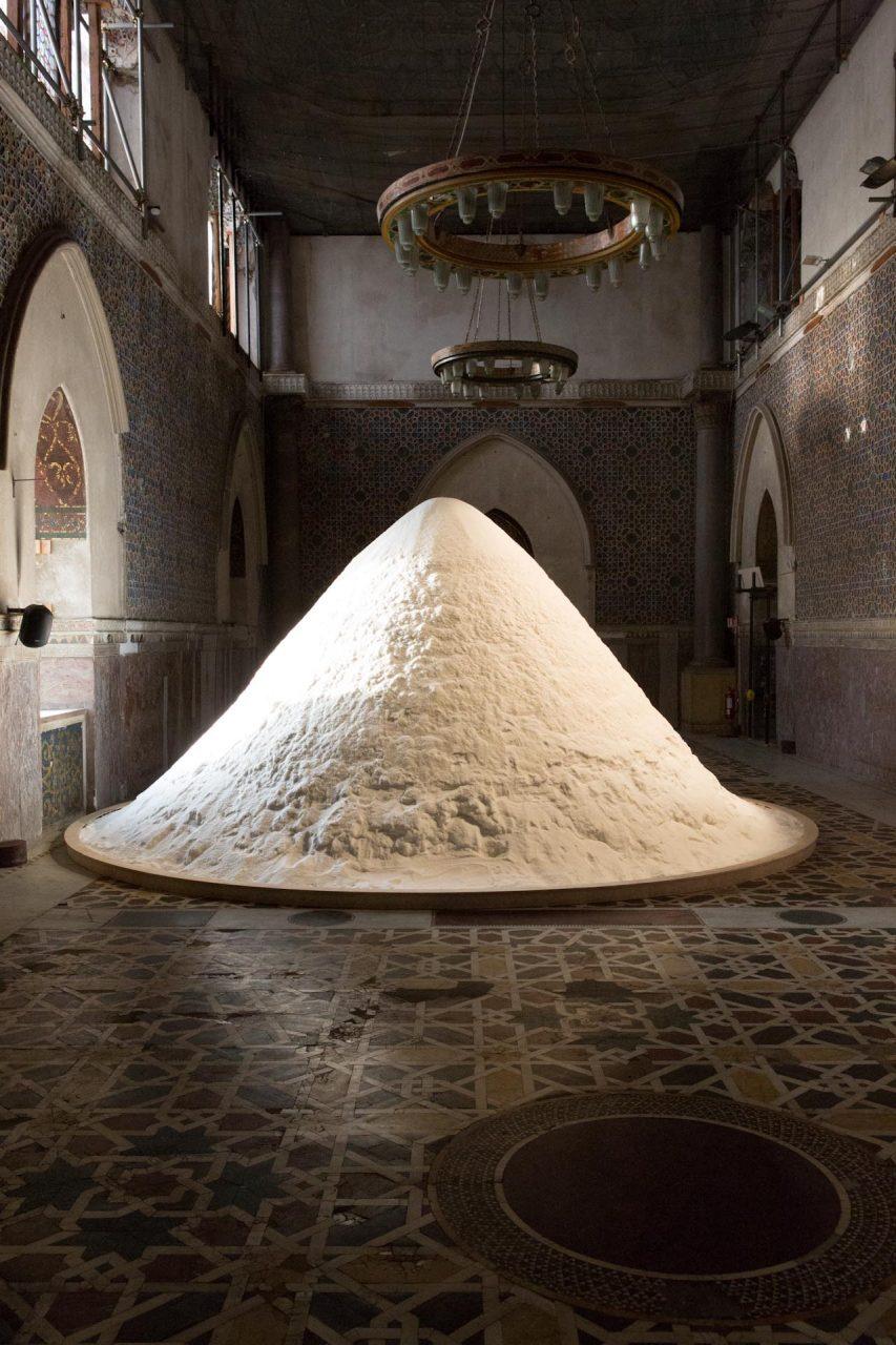 """Patricia Kaersenhout, 'The Soul of Salt', 2016, Palazzo Forcella De Seta – Ein Berg aus Salz der niederländischen Künstlerin Patricia Kaersenhout im Palazzo Forcella De Seta – """"In der karibischen Tradition gibt es eine Sklavenlegende, wonach versklavte Menschen auf den Verzehr von Salz verzichteten, weil sie dachten, sie würden leichter werden und nach Afrika zurückfliegen können. Trotz kultureller Unterschiede offenbart die weit verbreitete Geschichte der """"Fliegenden Afrikaner"""" einen gemeinsamen Ursprung und eine gemeinsame Erfahrung. Es drückt die Fähigkeit der Menschen aus, in ihrer Phantasie zu fliehen, die aus dem Wunsch nach Freiheit entsteht...""""  'The Soul of Salt', Manifesta 12"""