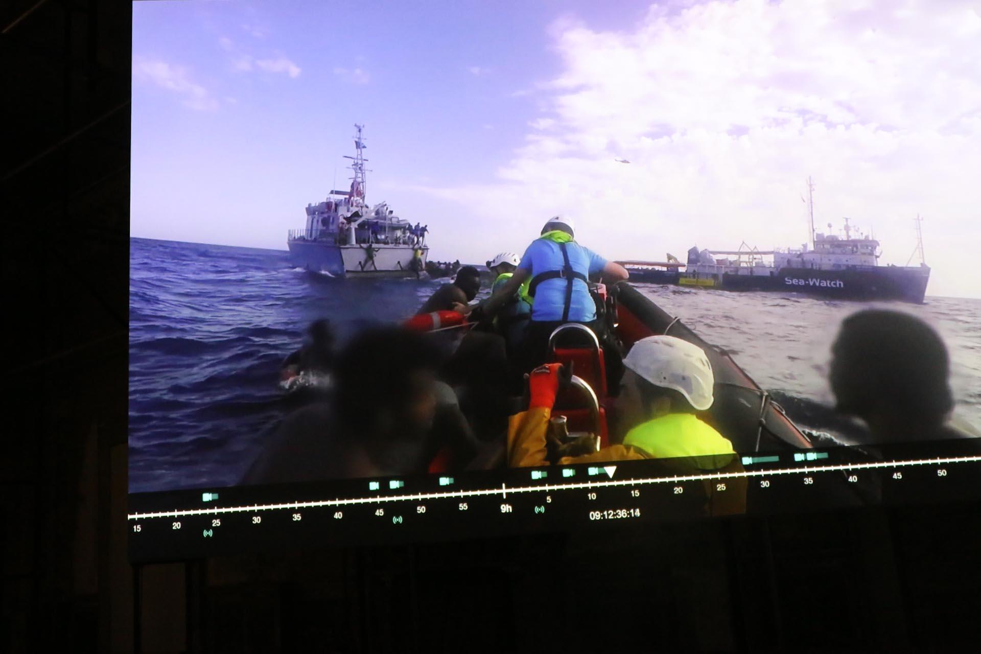 Forensic Oceanography, Liquid Violence (2018), video installation/screenshot – Seit 2011 untersucht die Forensische Ozeanographie kritisch die räumlichen und ästhetischen Bedingungen, die das Mittelmeer zu einer militarisierten Grenzzone gemacht haben, die zum Tod einer großen Zahl von Migranten führt. Liquid Violence (2018) vereint drei Untersuchungen, die in diesem Zeitraum durchgeführt wurden, darunter 'Mare Clausum' (2018) betrifft die zweigleisige Strategie, die derzeit von der italienischen Regierung zur Abschottung der See umgesetzt wird: einerseits die Kriminalisierung der Rettungsaktivitäten von NGOs, andererseits die Unterstützung libyscher Maßnahmen zur Verhinderung und zum Abfangen von Abfahrten. Jedes dieser Werke versucht, eine bestimmte Form der Grenzgewalt zu analysieren und zu hinterfragen, während es gleichzeitig eine politische Anatomie der schwankenden Muster der Grenzkontrolle und (Nicht-) Hilfe auf See und ihrer dramatischen Folgen für das Leben von Migranten zeichnet. Die Arbeit ist im Palazzo Forcella De Seta zu sehen.  Forensic Oceanography, Manifesta 12   Sea Watch